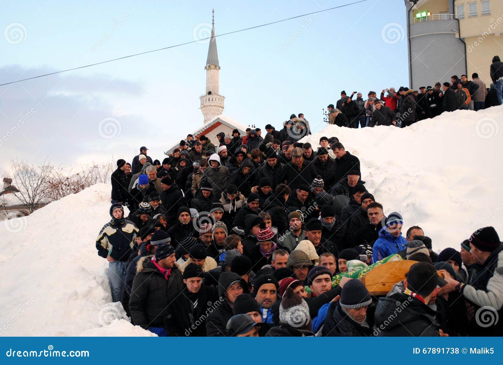 九个家庭成员葬礼和埋葬由于雪崩- Dragash