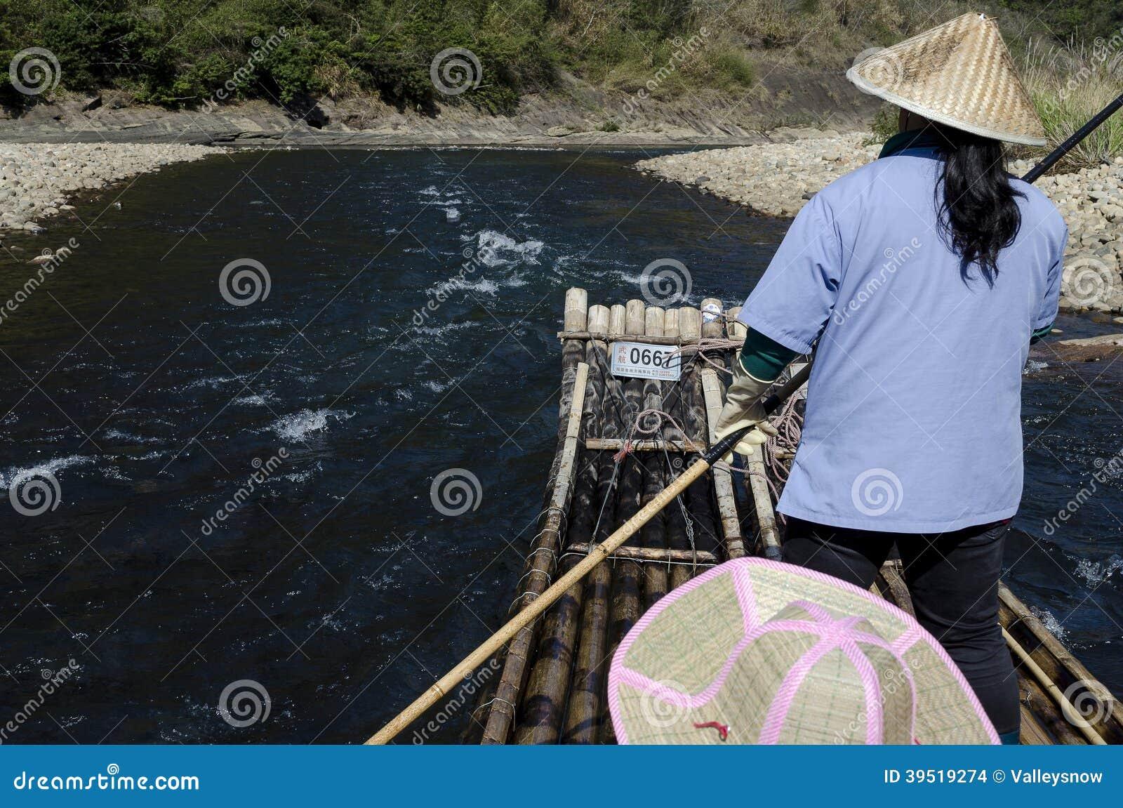 漂流九曲溪小河的活动的竹子风景(jiuquxi)在南平市,福建,中国武夷