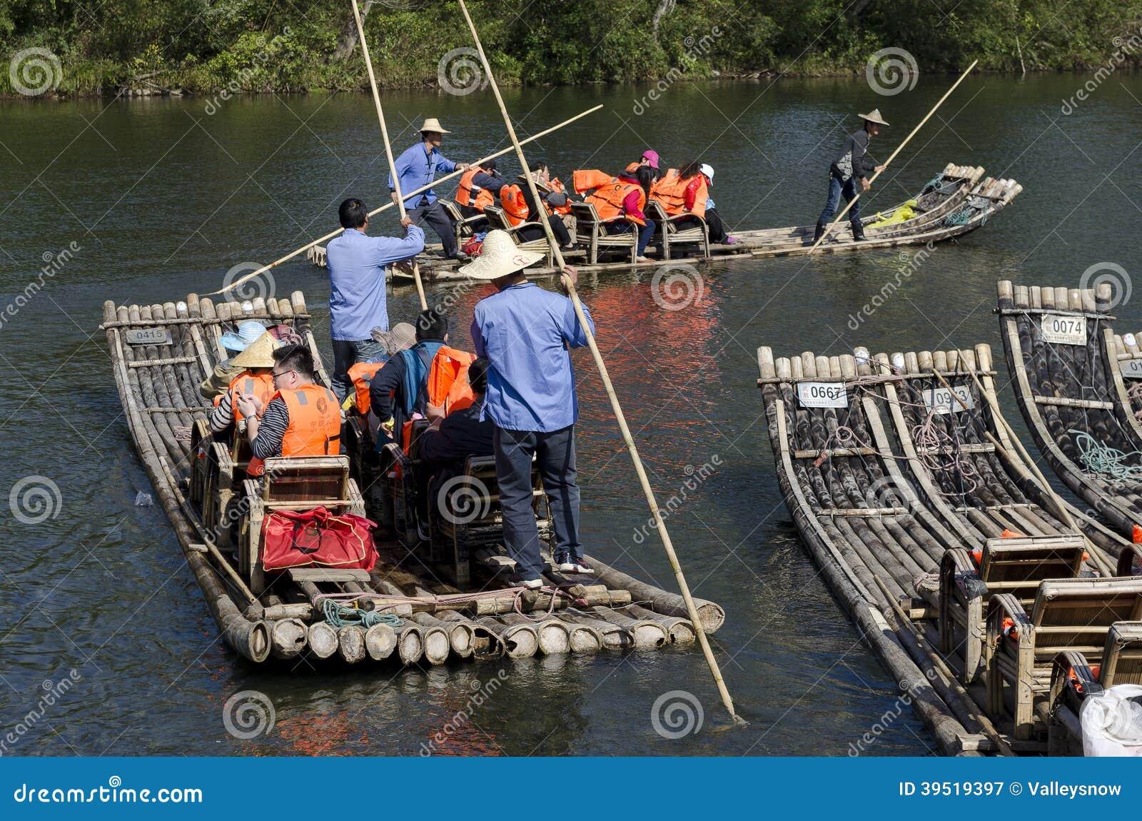 漂流九曲溪小河的活动的竹子风景(jiuquxi)在南平市,福建,中国武夷山