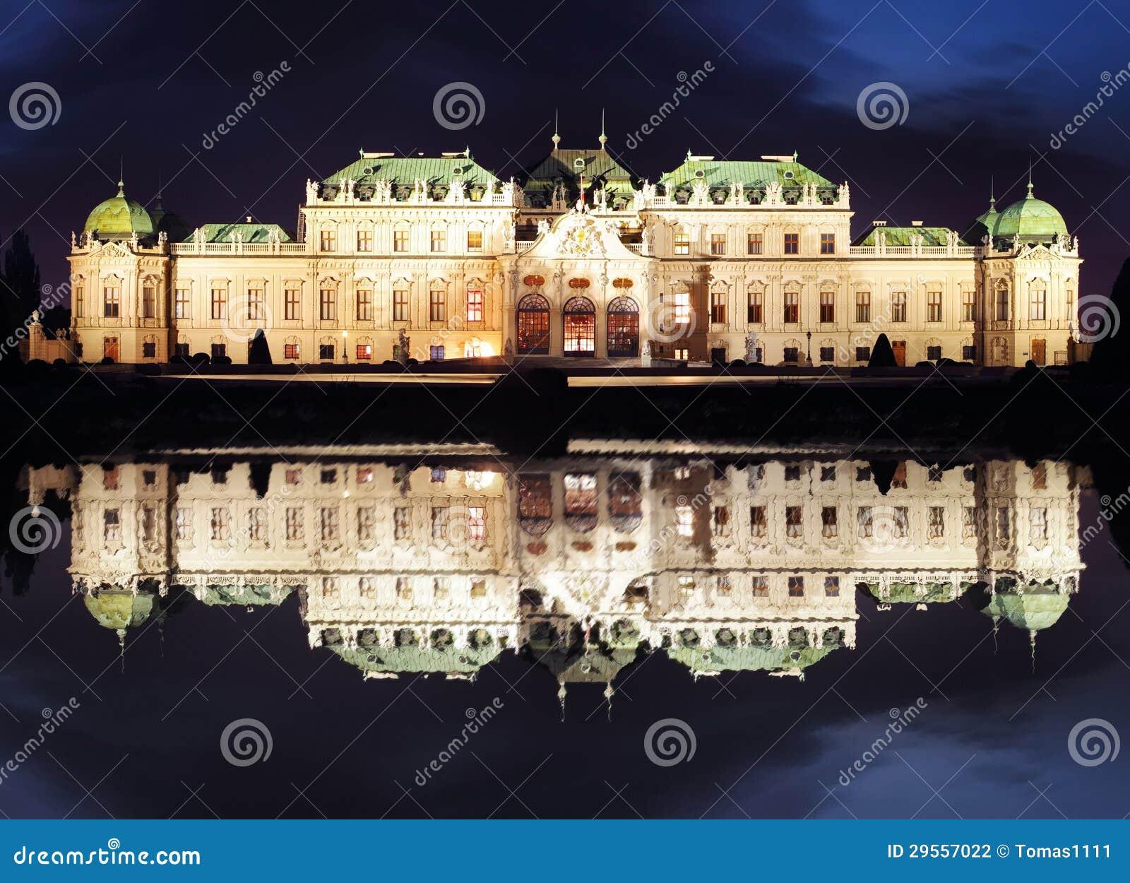 维也纳在晚上-眺望楼宫殿,奥地利
