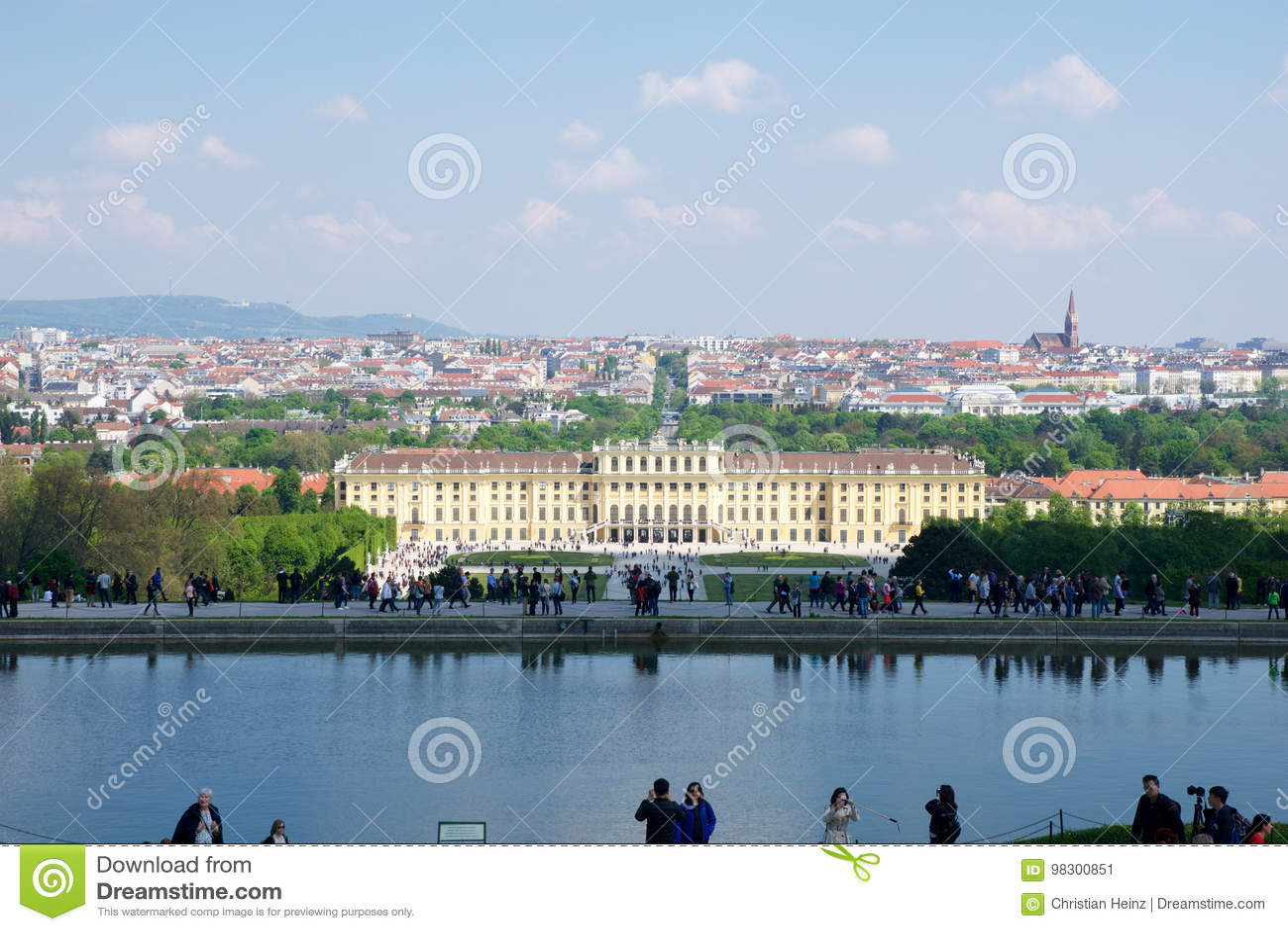 维也纳,奥地利- 2017年4月30日, :著名美泉宫经典看法有伟大的分配为花坛的区域庭院的有人的