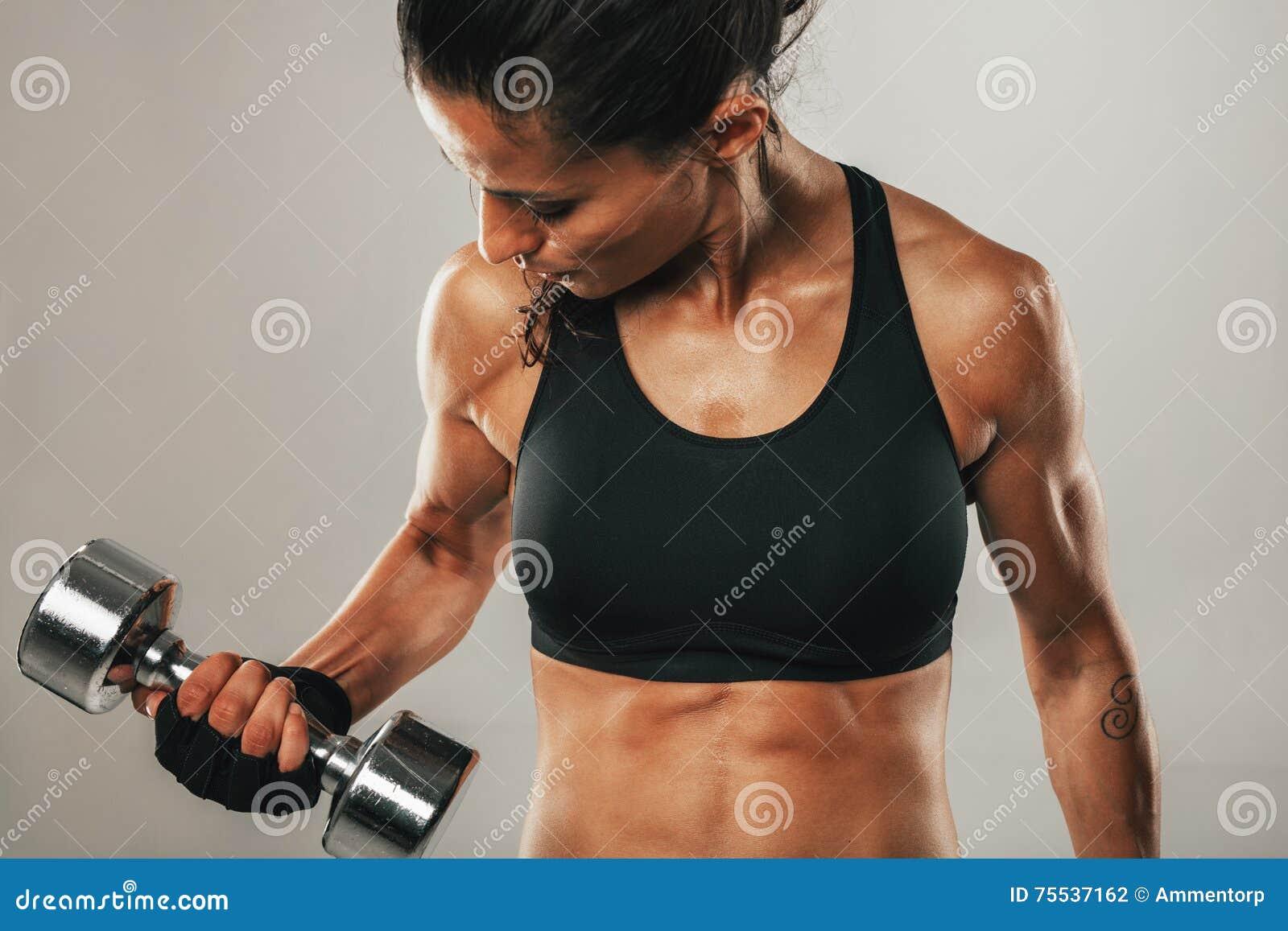 练习举重的坚强的健康少妇