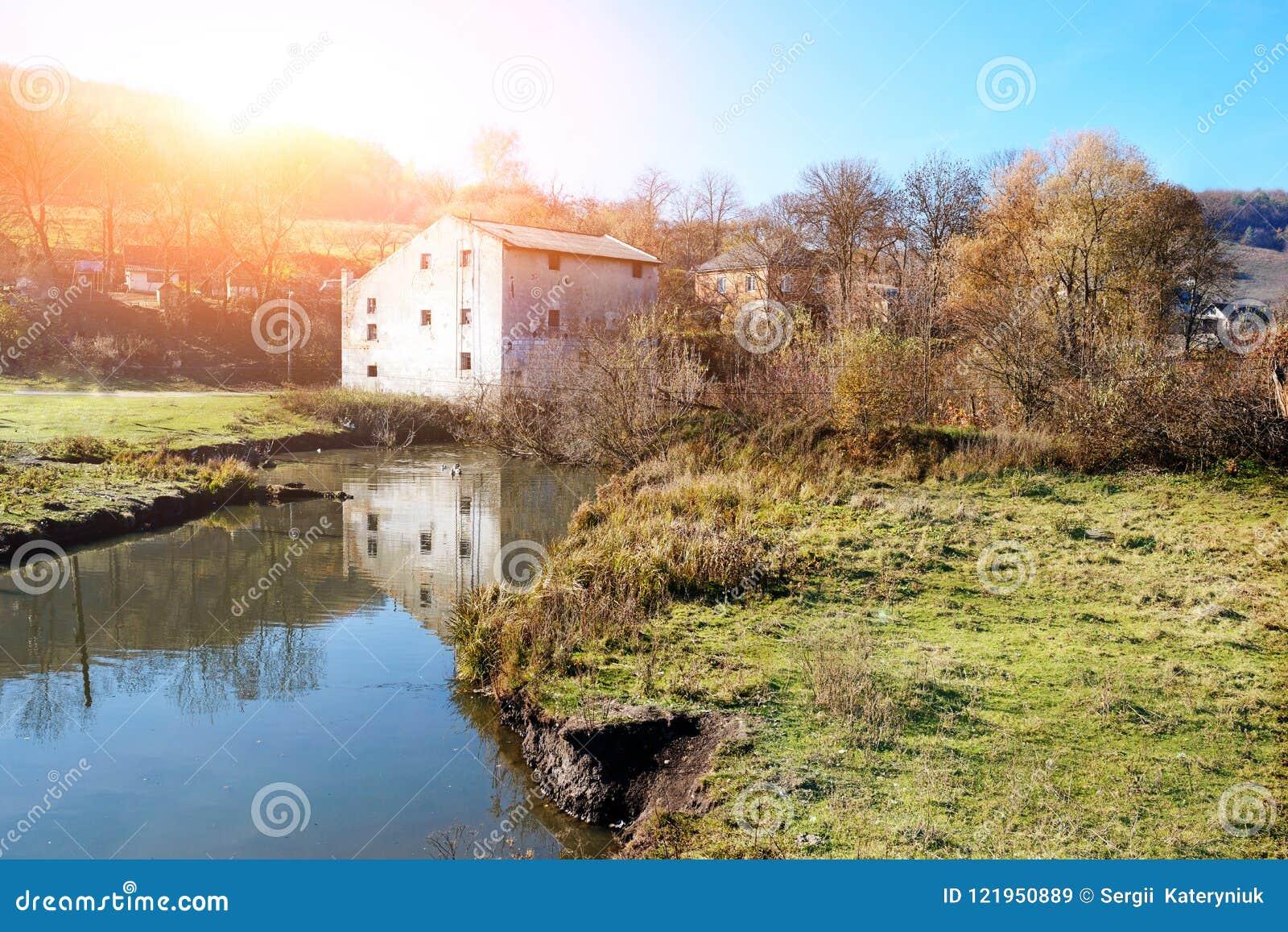 乡下的秋天风景:老非工作的watermill n