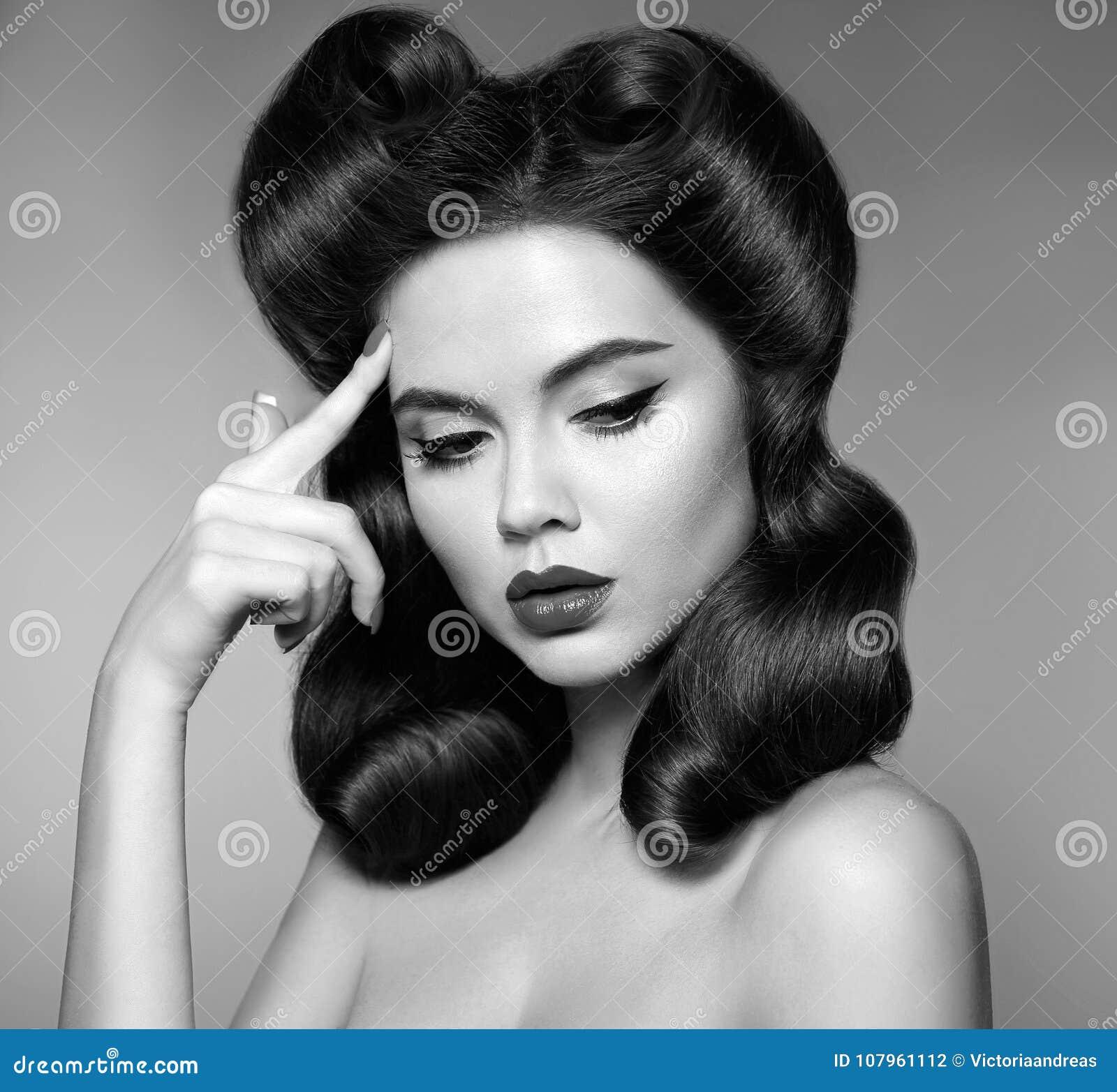乡情 女孩的Pin有红色嘴唇构成和减速火箭的卷毛头发的