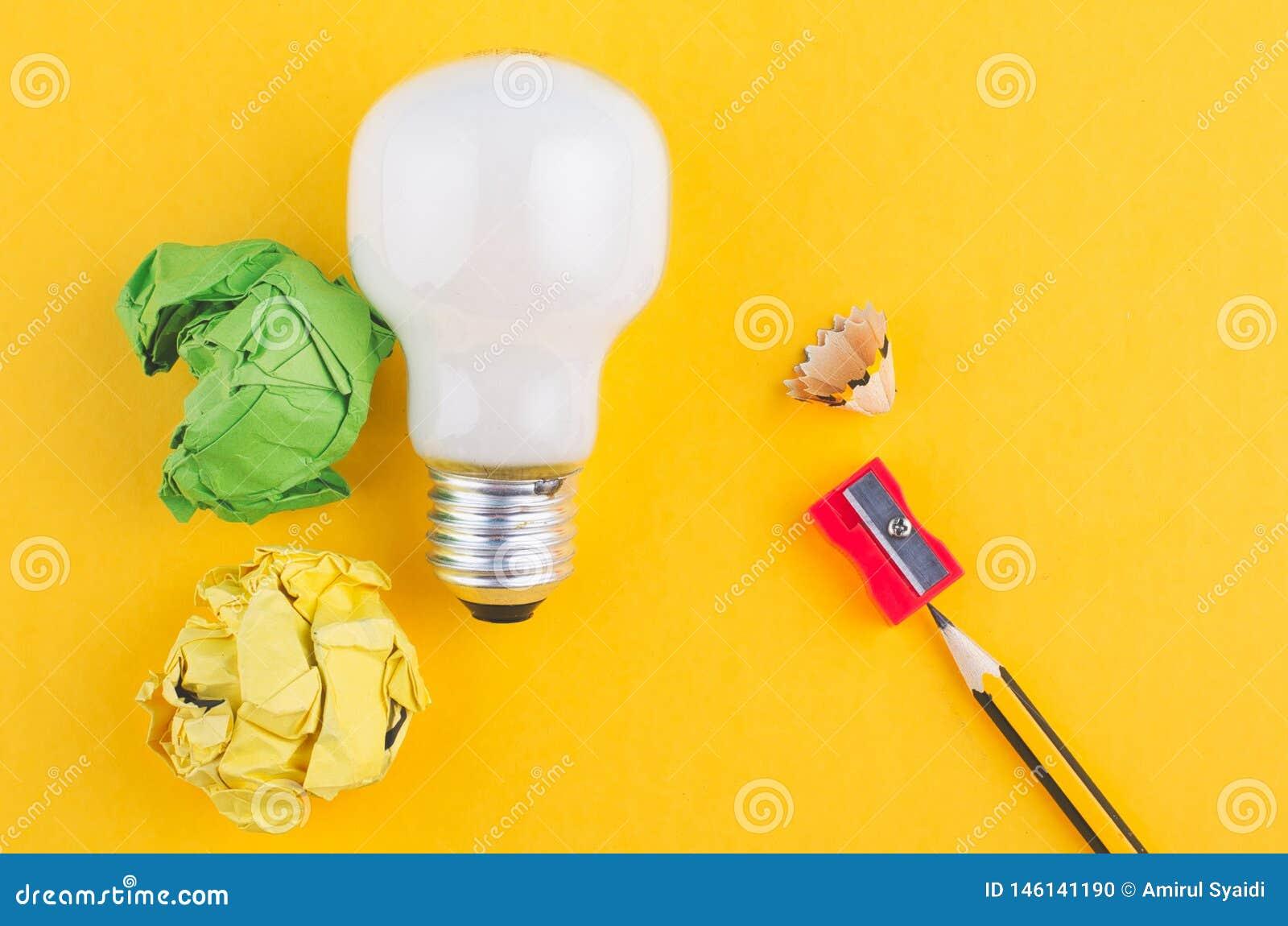书写,压皱纸和电灯泡在黄色背景