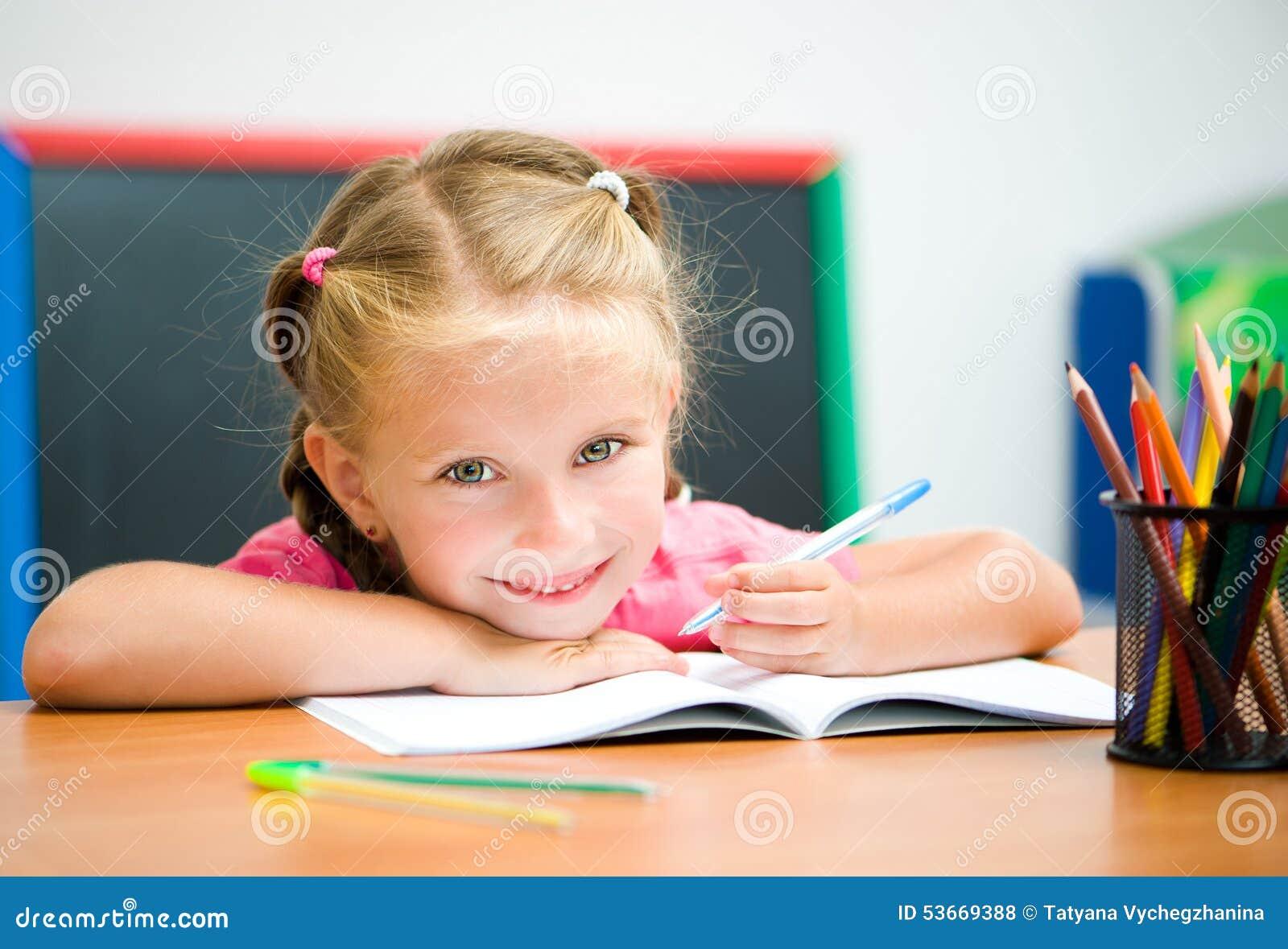 书桌的美丽的小女孩