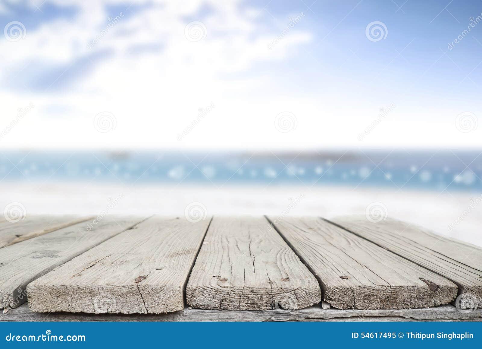 书桌空间在海滩边和晴天