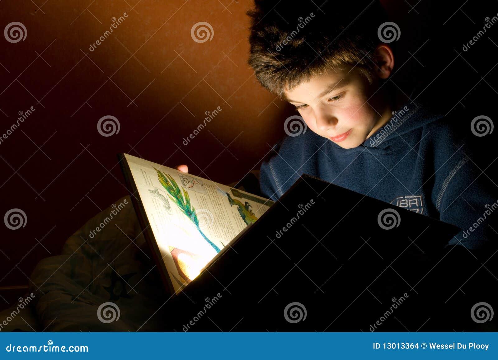 书男孩读取年轻人
