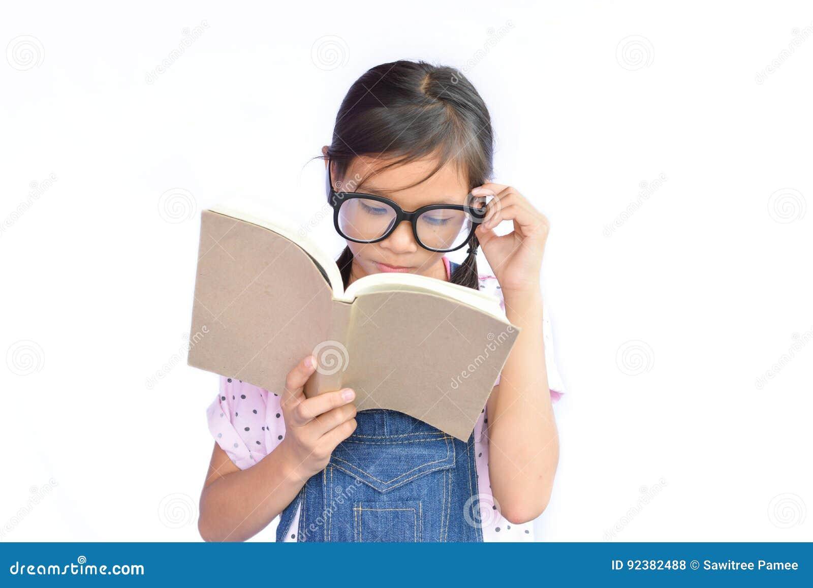 读书的小亚裔女孩画象在白色