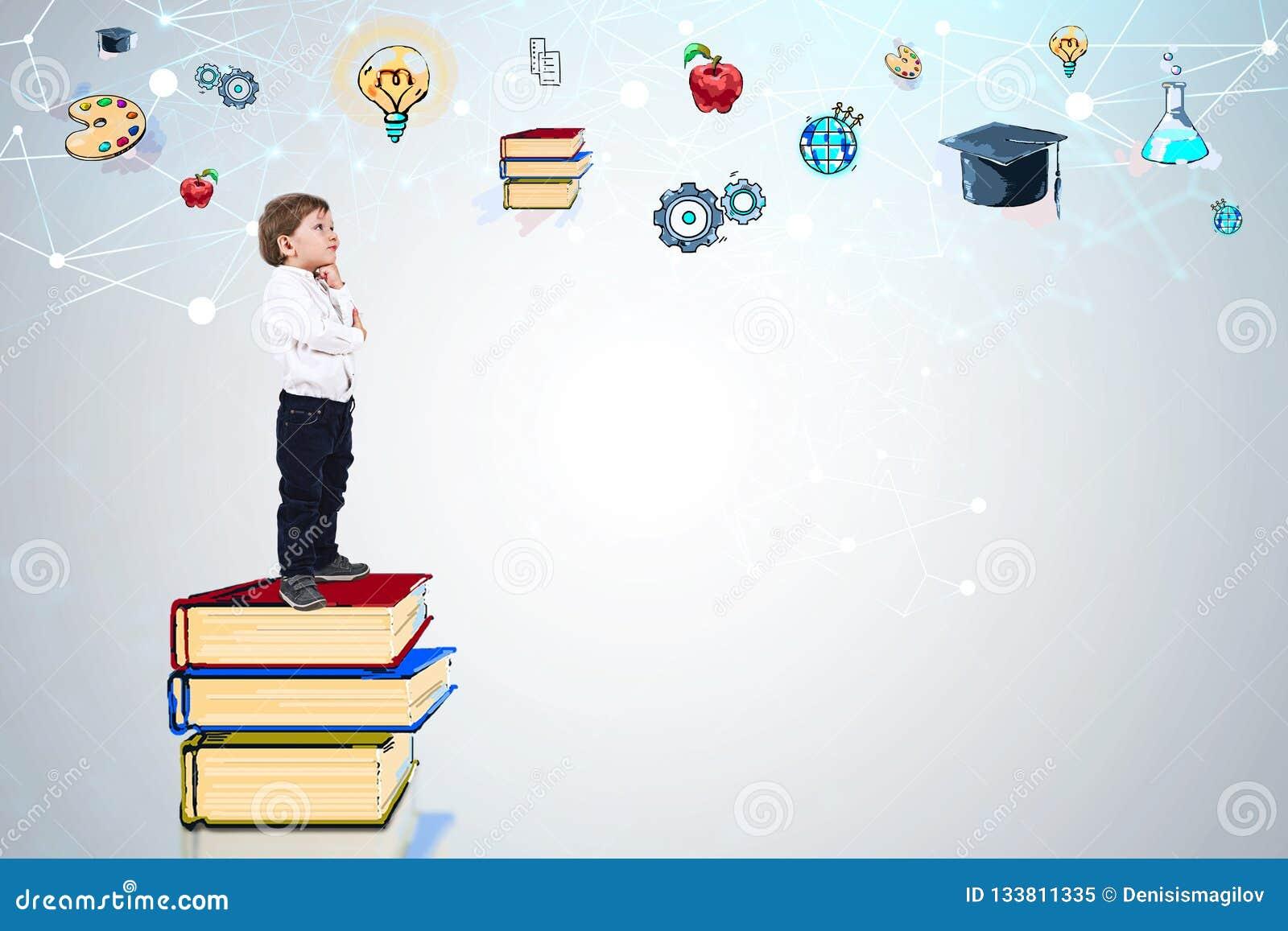 书的男孩考虑教育的