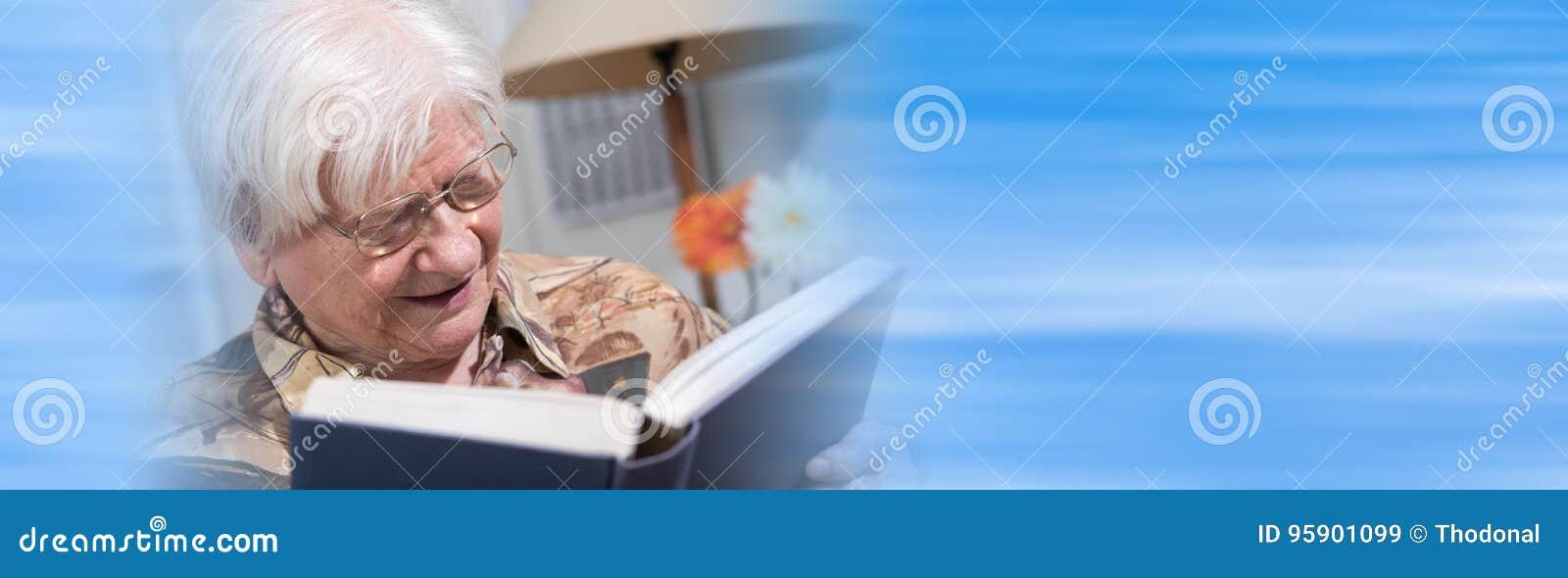 读书的老妇人