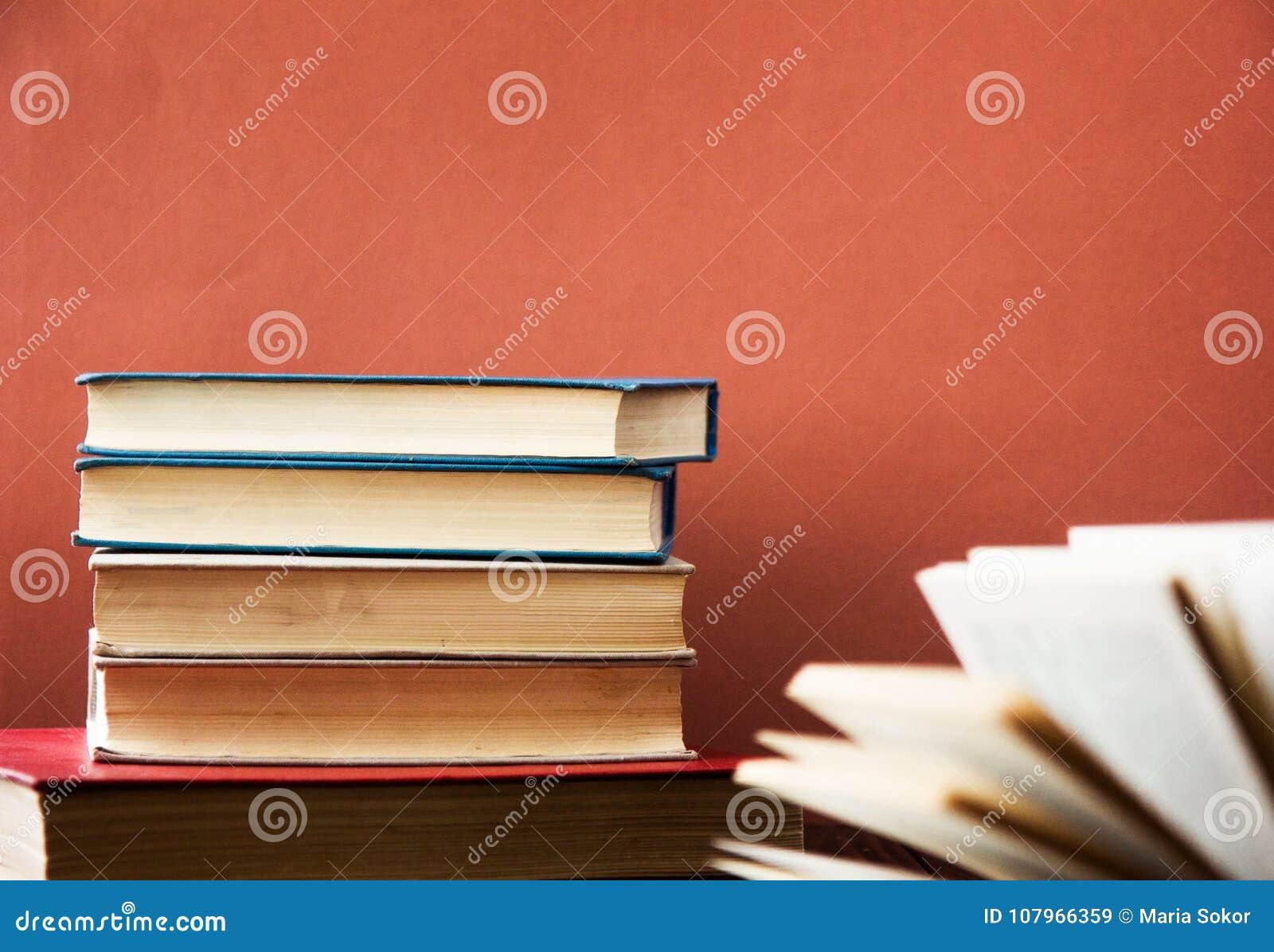 书 登记许多 栈五颜六色的书 教育背景 回到学校 预定,在木桌上的精装书五颜六色的书 爱德