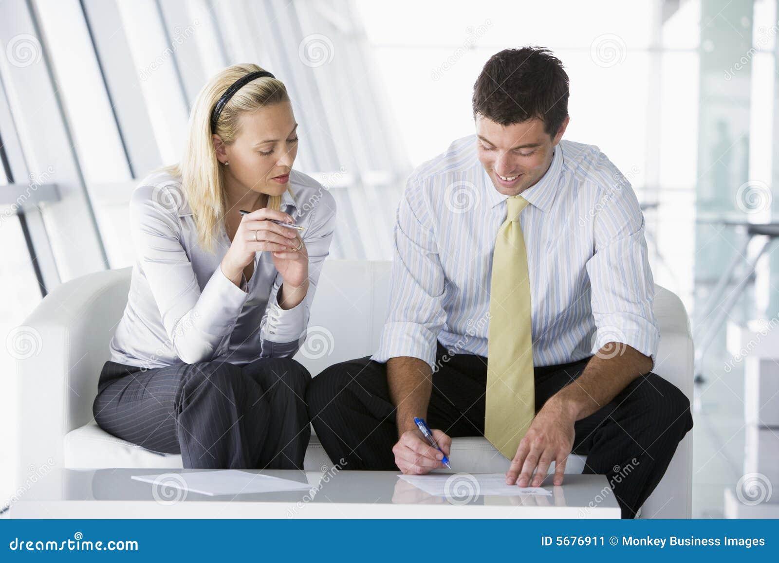 买卖人坐大厅的办公室联系二