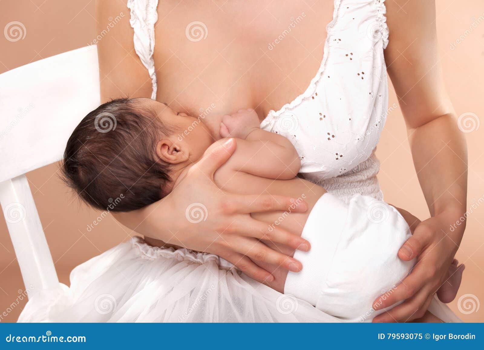 乳房喂小孩她的母亲