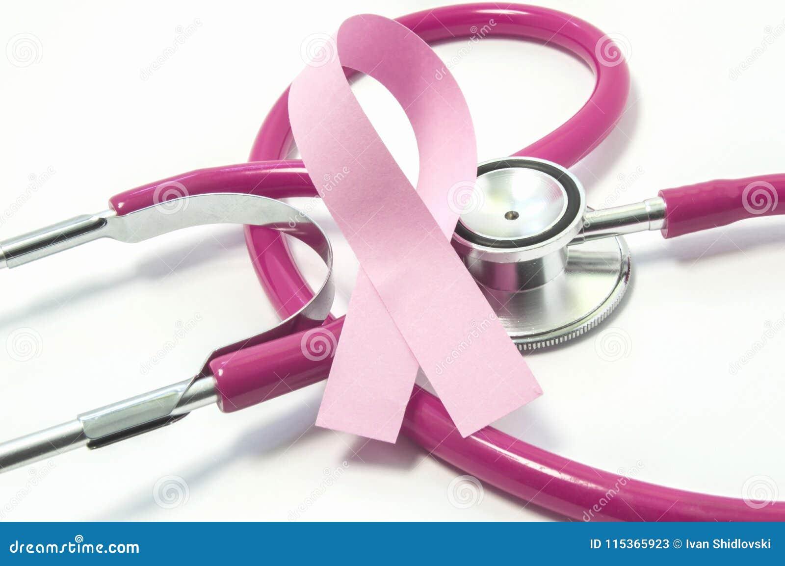 乳腺癌的概念 在胸部检查的桃红色紫色听诊器医生的附近桃红色丝带,象征诊断, trea