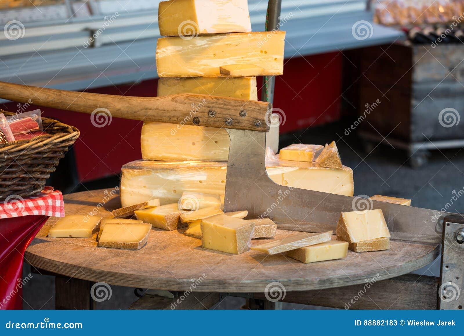 乳酪待售和为切乳酪或者砍刀使用的老切削刀在市场上在萨尔茨堡