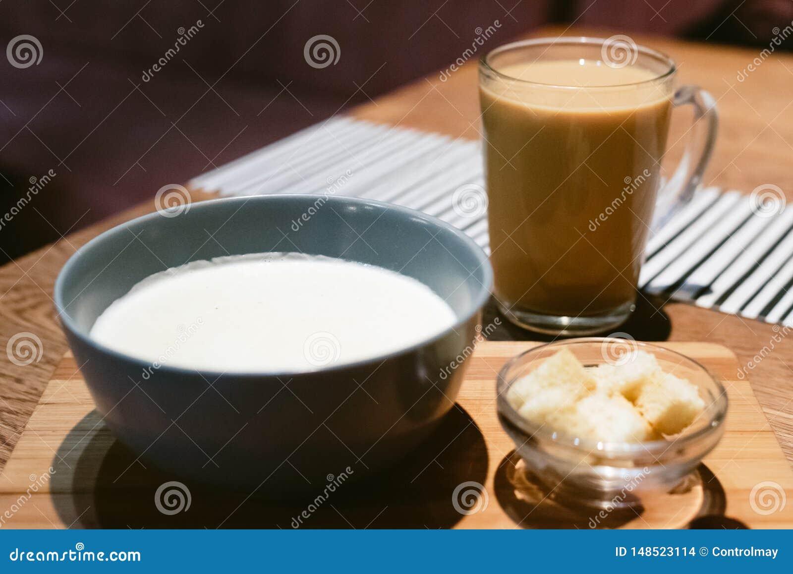 乳酪汤在一咖啡馆用咖啡