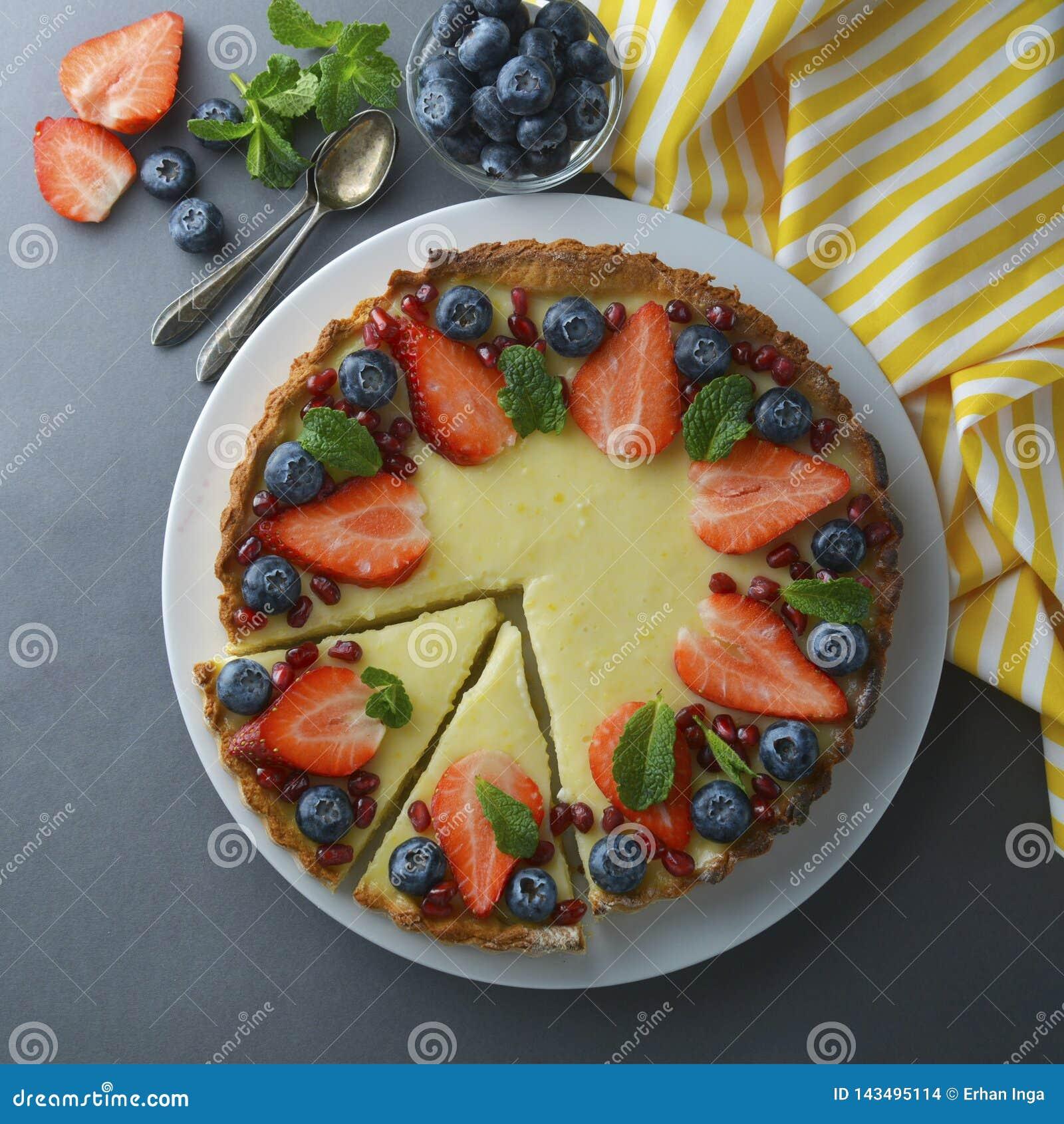 乳酪蛋糕用莓和薄菏,可口自创乳脂状的乳酪蛋糕 方形的图象