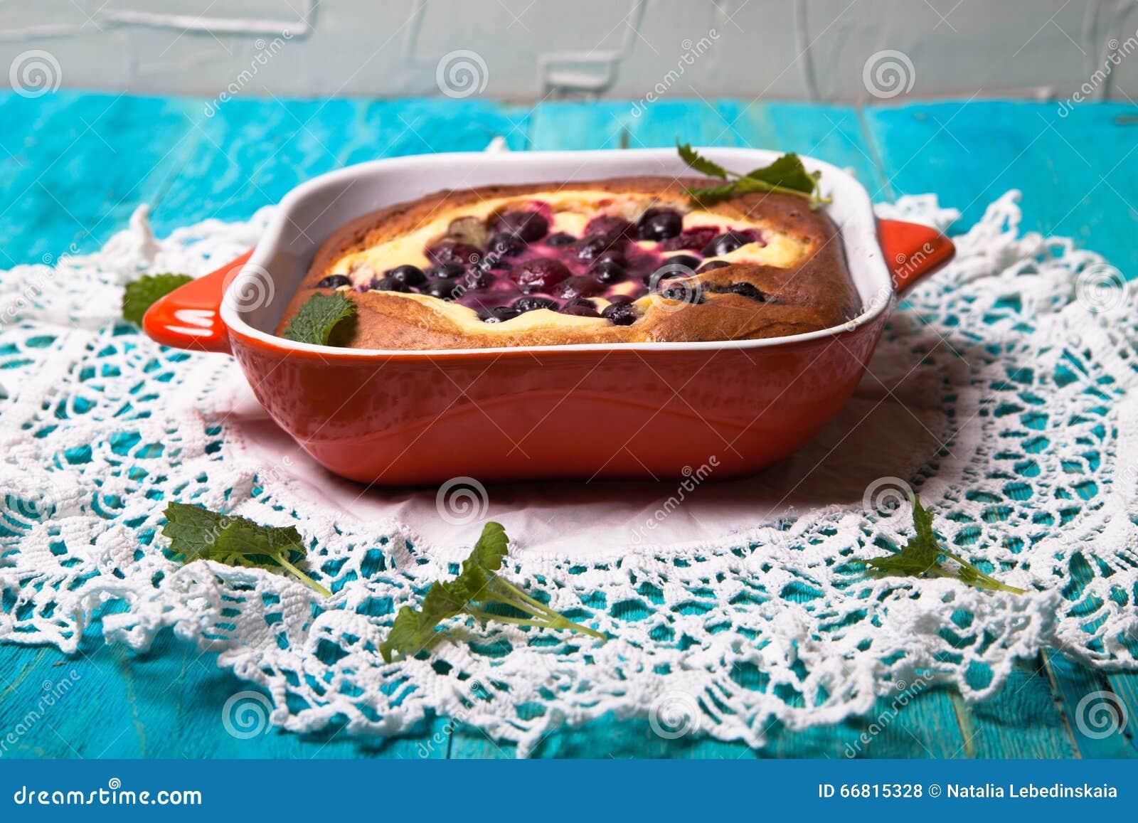 乳酪蛋糕用莓果用咖啡,烘烤,蓝色背景