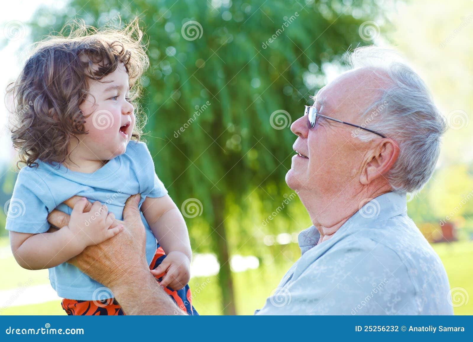 了不起的爷爷和婴孩