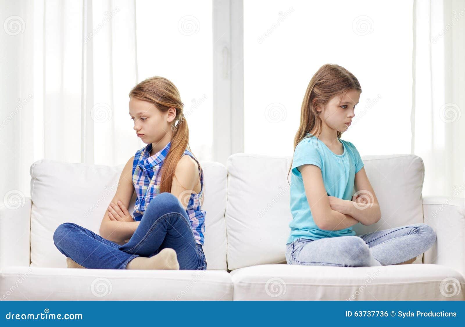 争吵的小女孩在家坐沙发