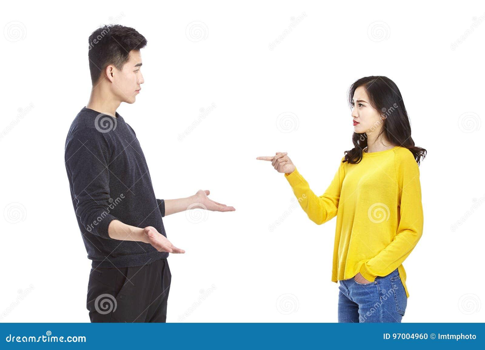 争吵年轻亚洲的夫妇