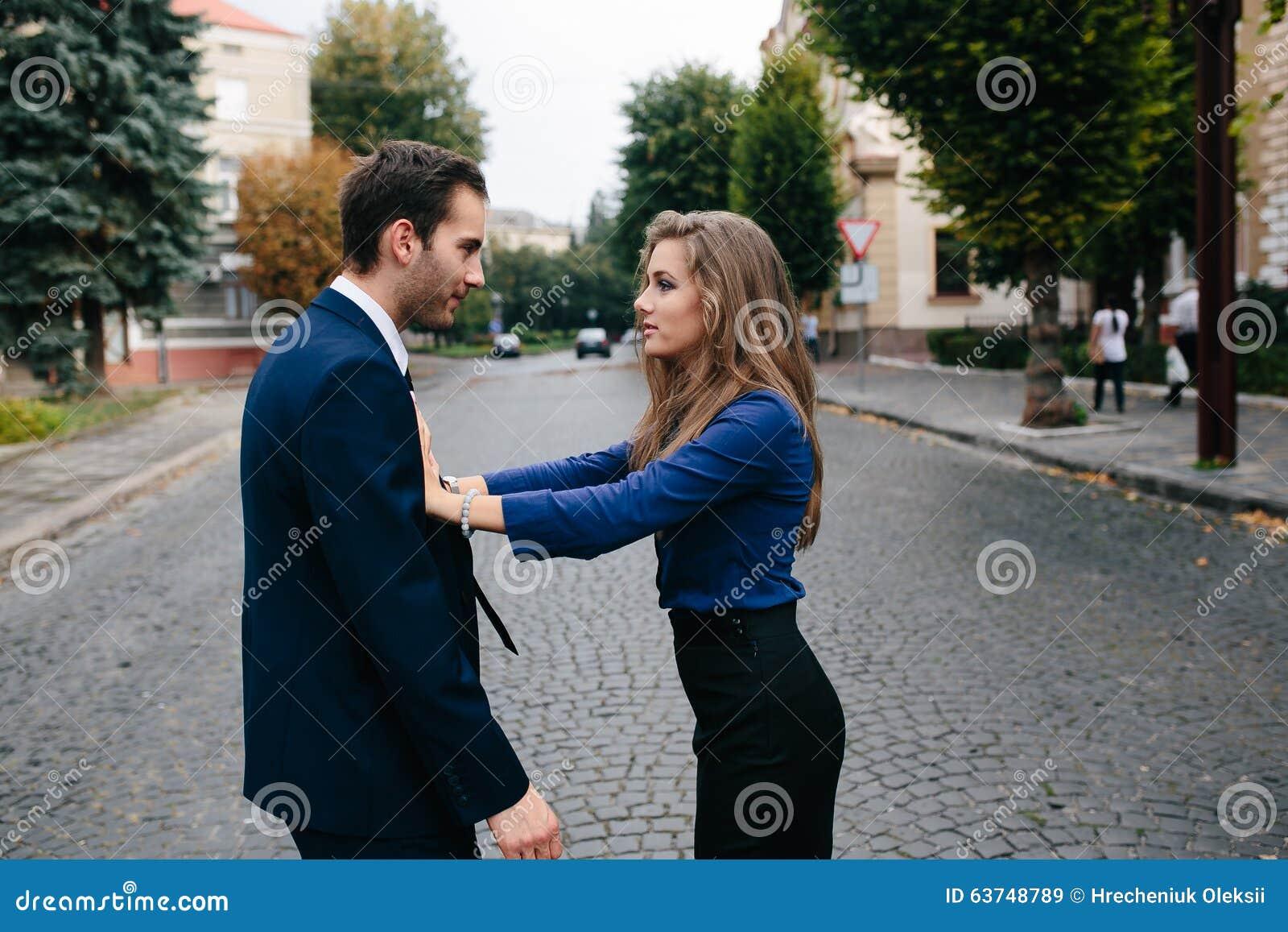 争论表达式手指他的指向严厉的妇女的人