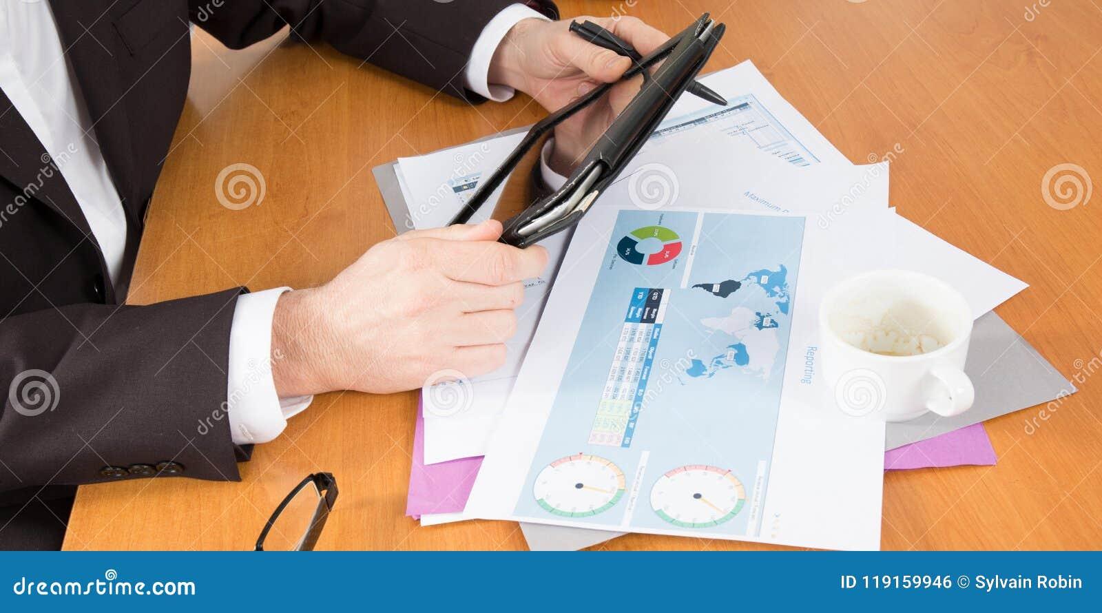 事务分析与片剂有手人的个人计算机计算机在办公室