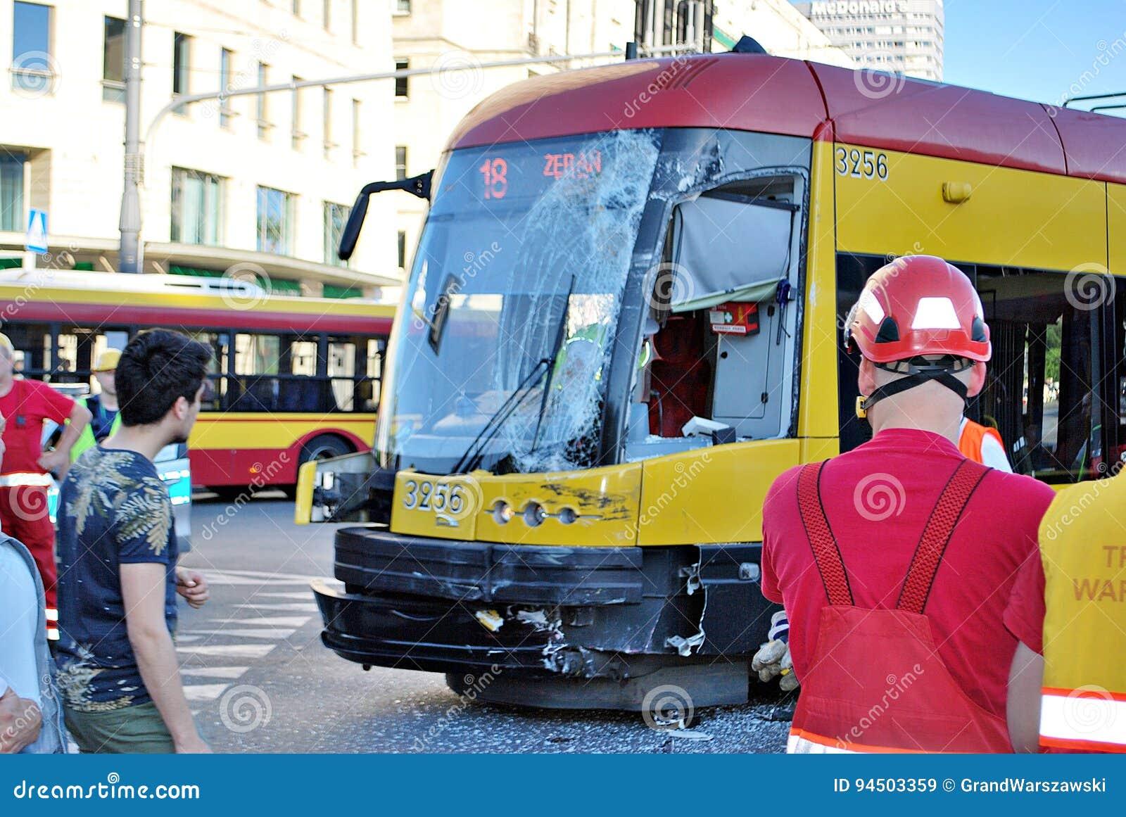 事故城市公共汽车和电车编辑类库存图片 图片包括有帮助 适应 图象