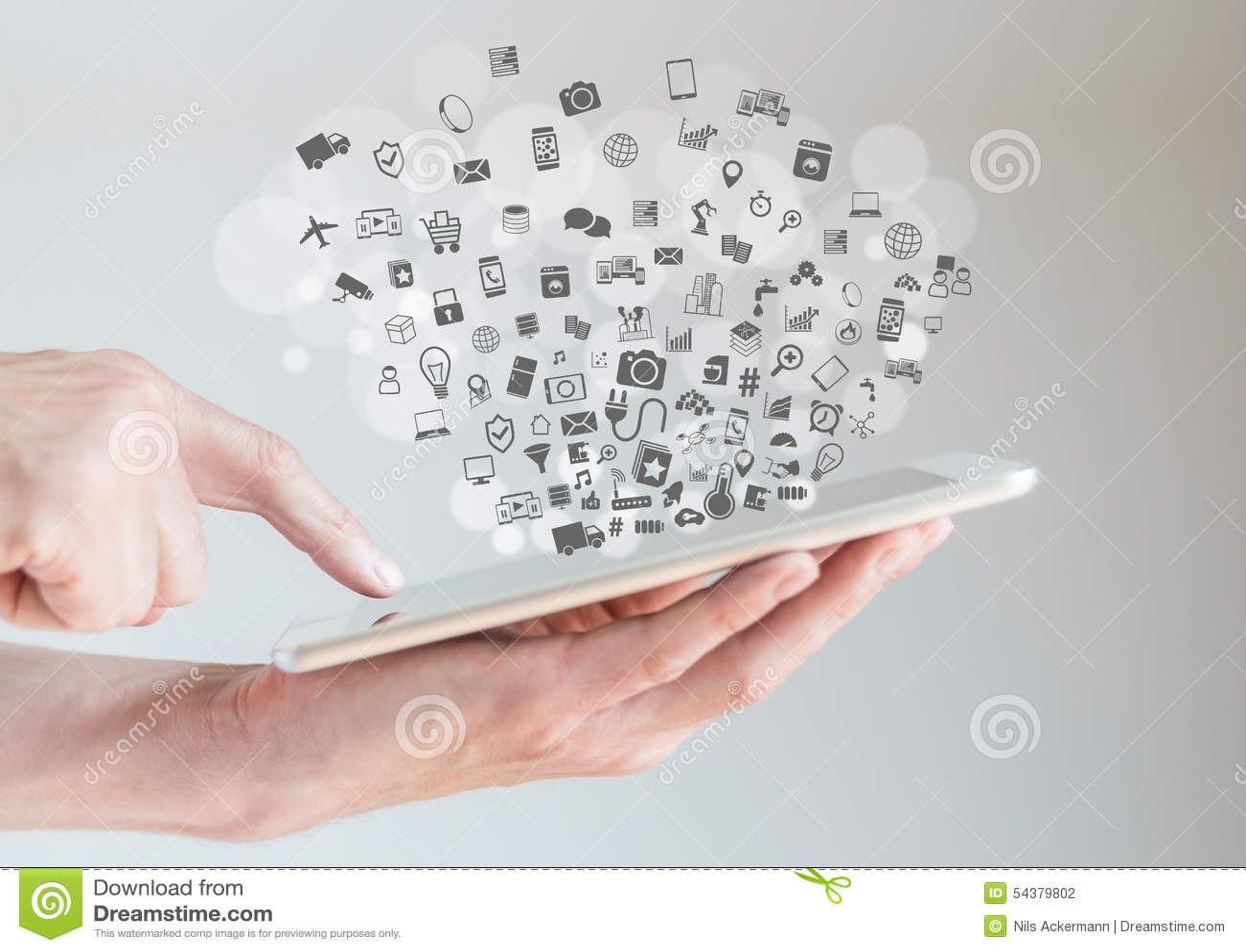 事(IoT)概念互联网用拿着片剂的手