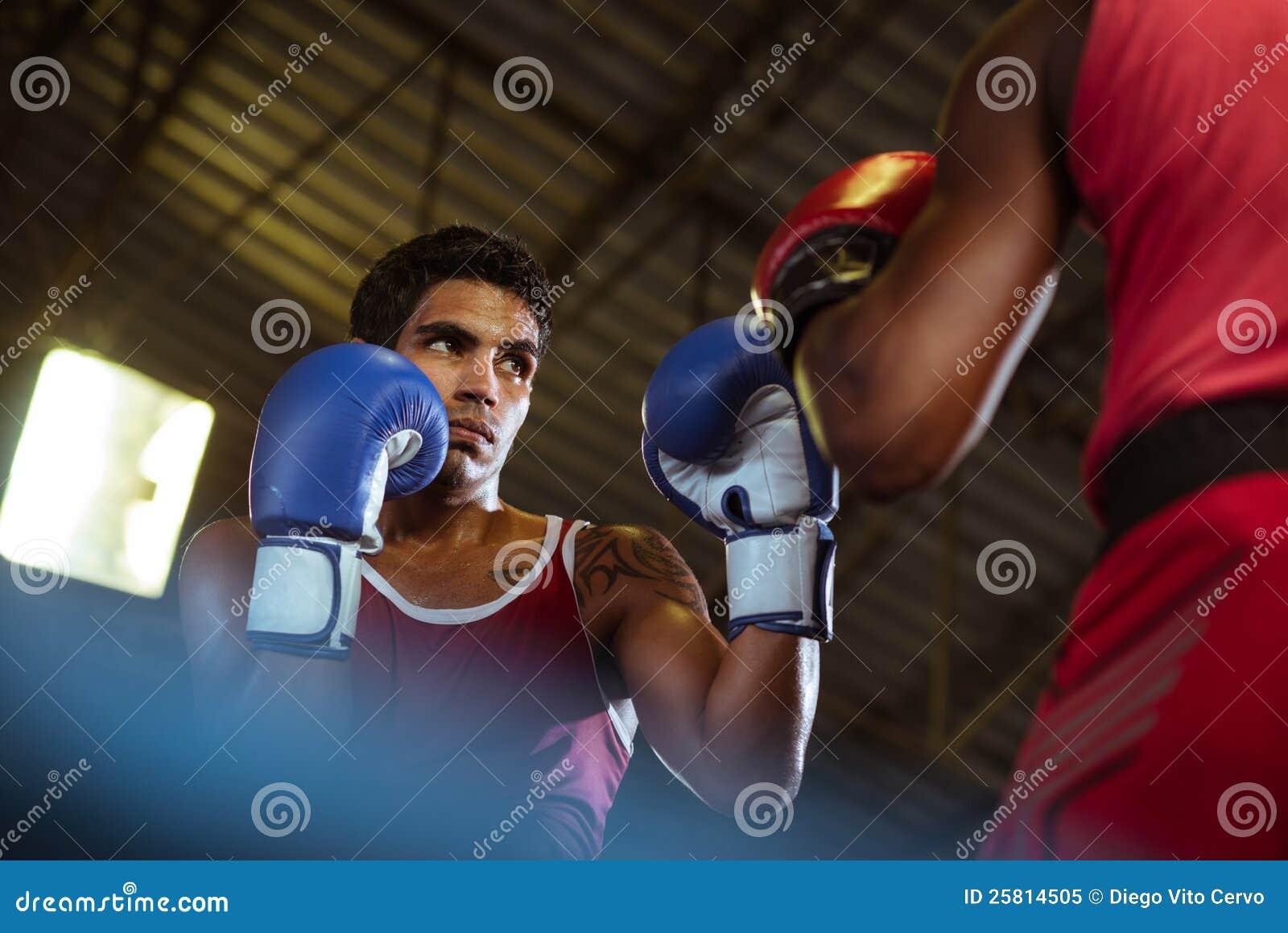 二个在拳击台的男性运动员战斗
