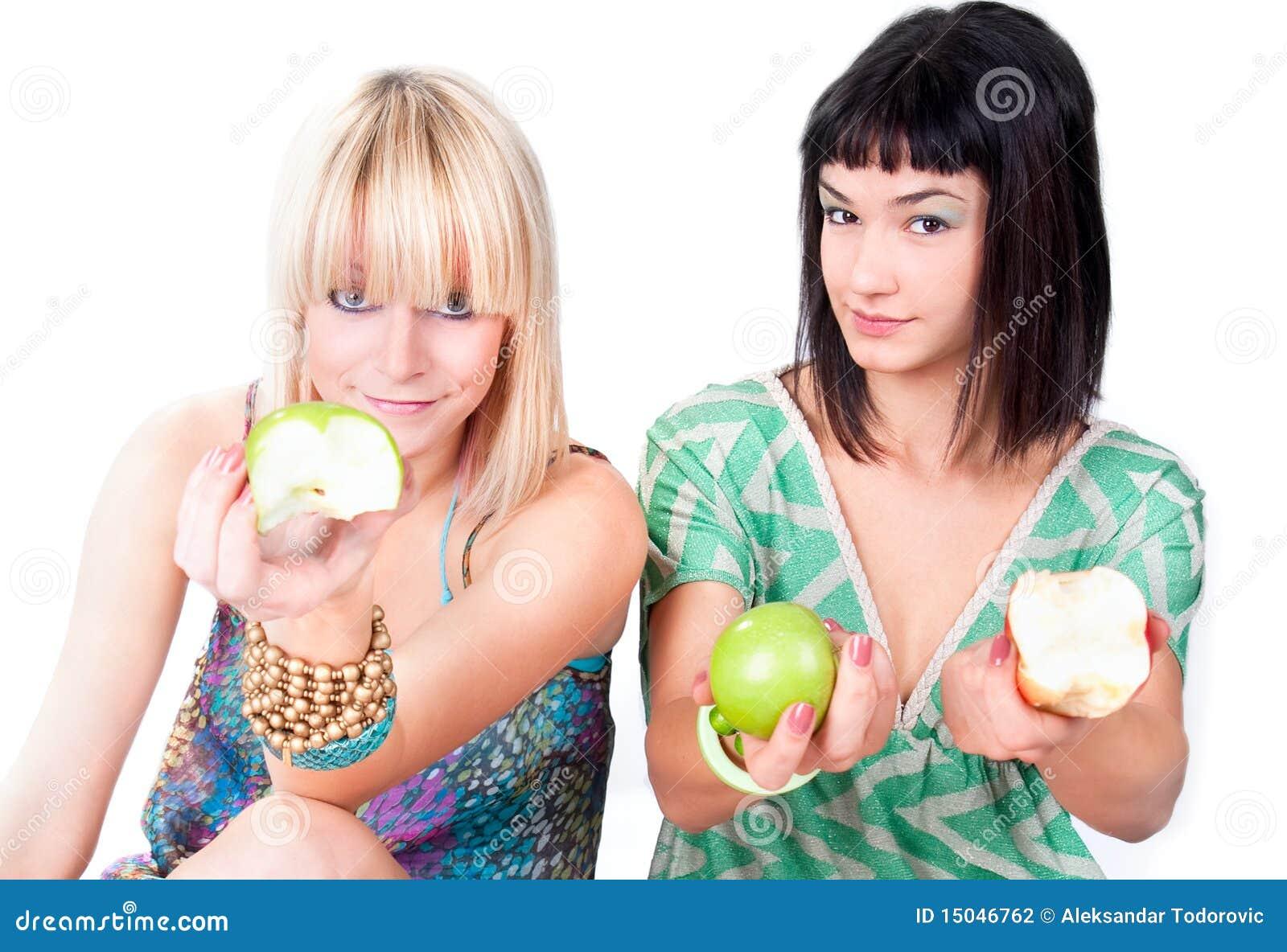二个少妇提供绿色苹果