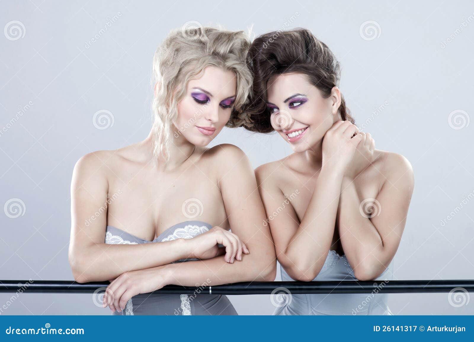二名新愉快的妇女。