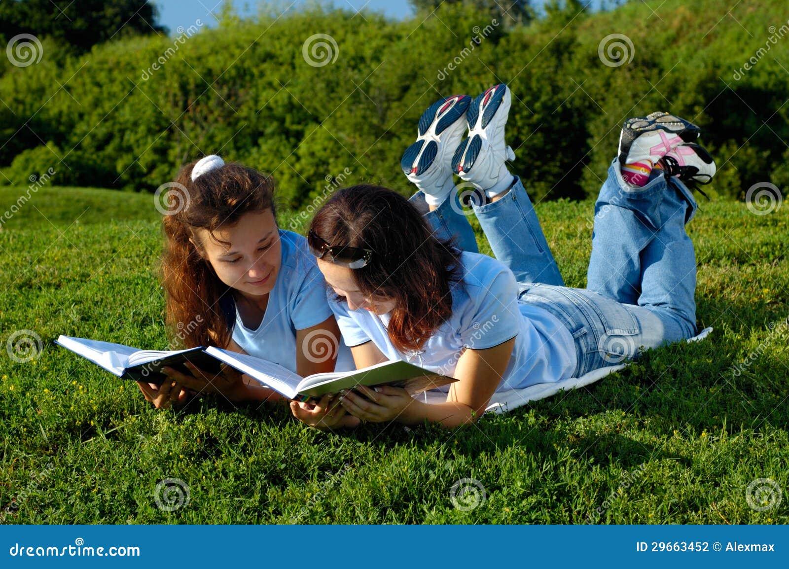 二本女孩阅读书外面在公园