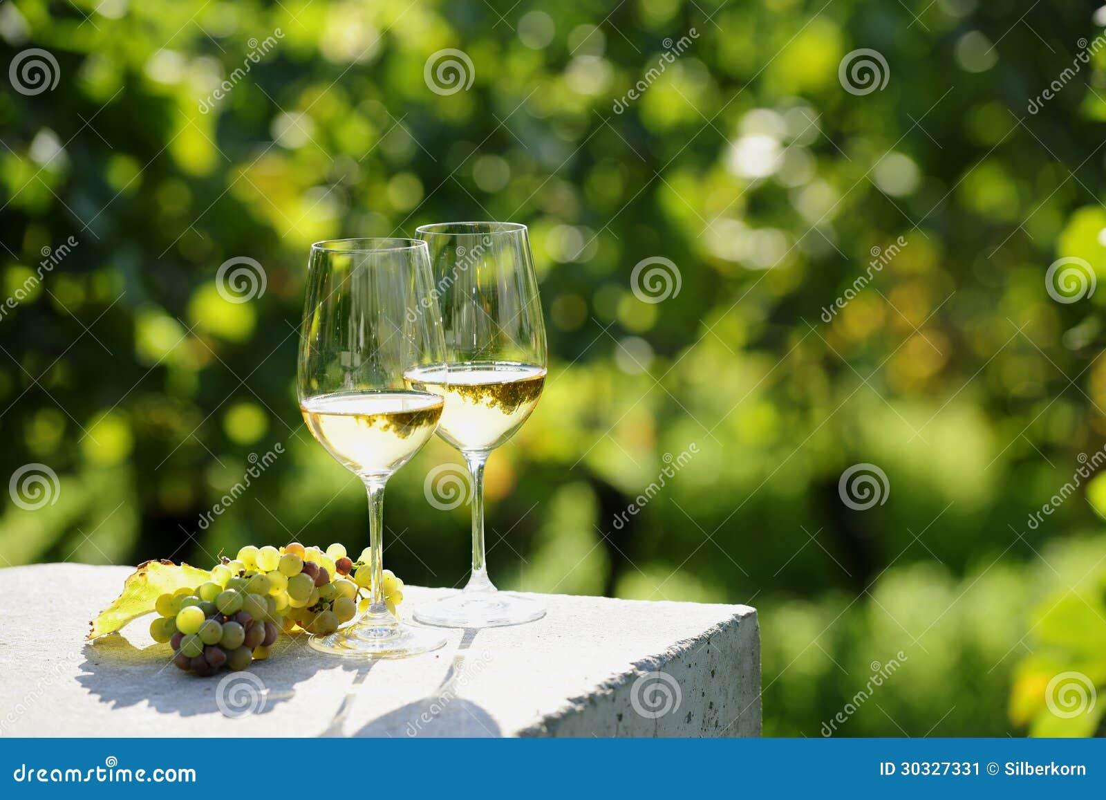 二杯白葡萄酒
