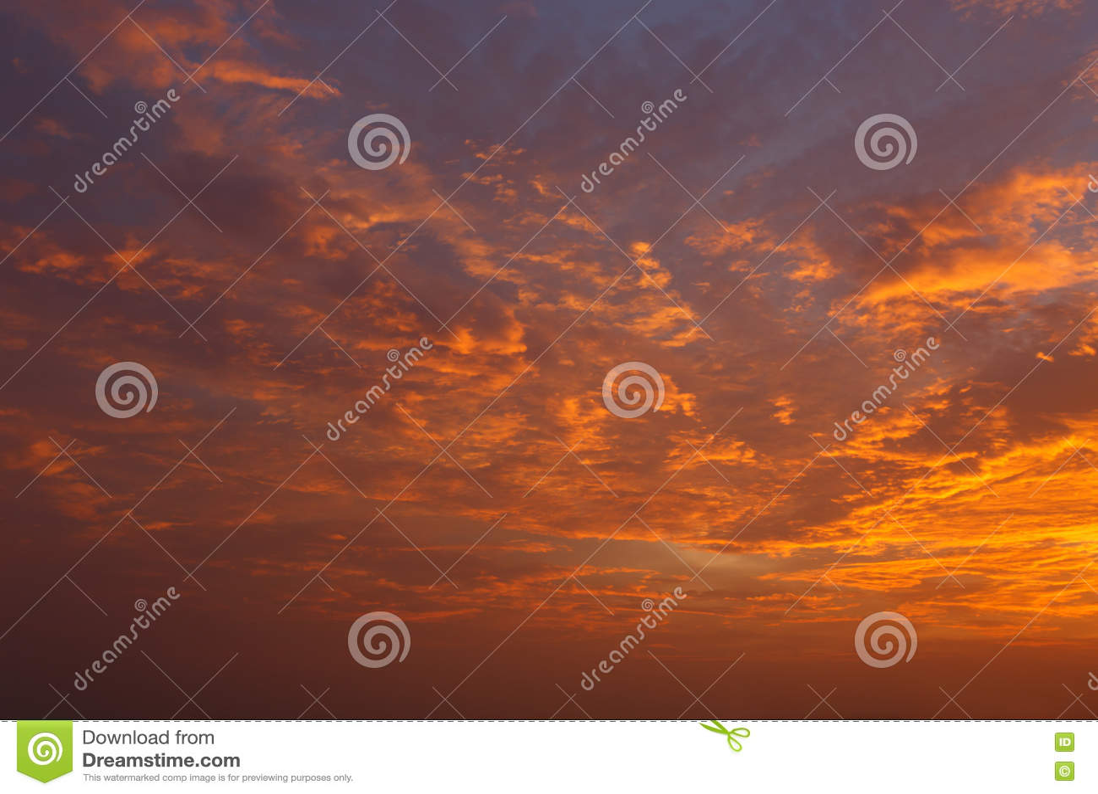 云彩和天空在日落