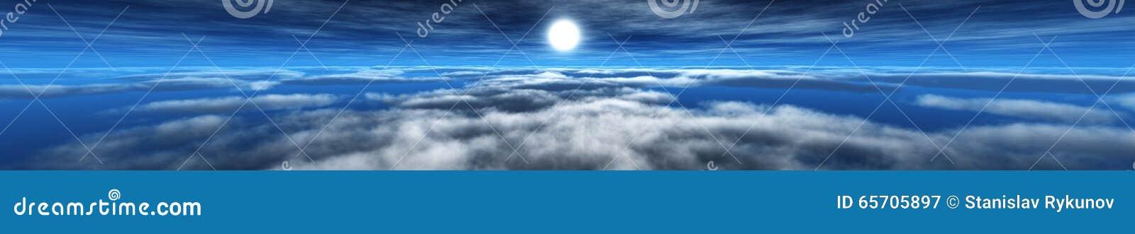 云彩和太阳,在天空,在云彩的太阳的光的全景