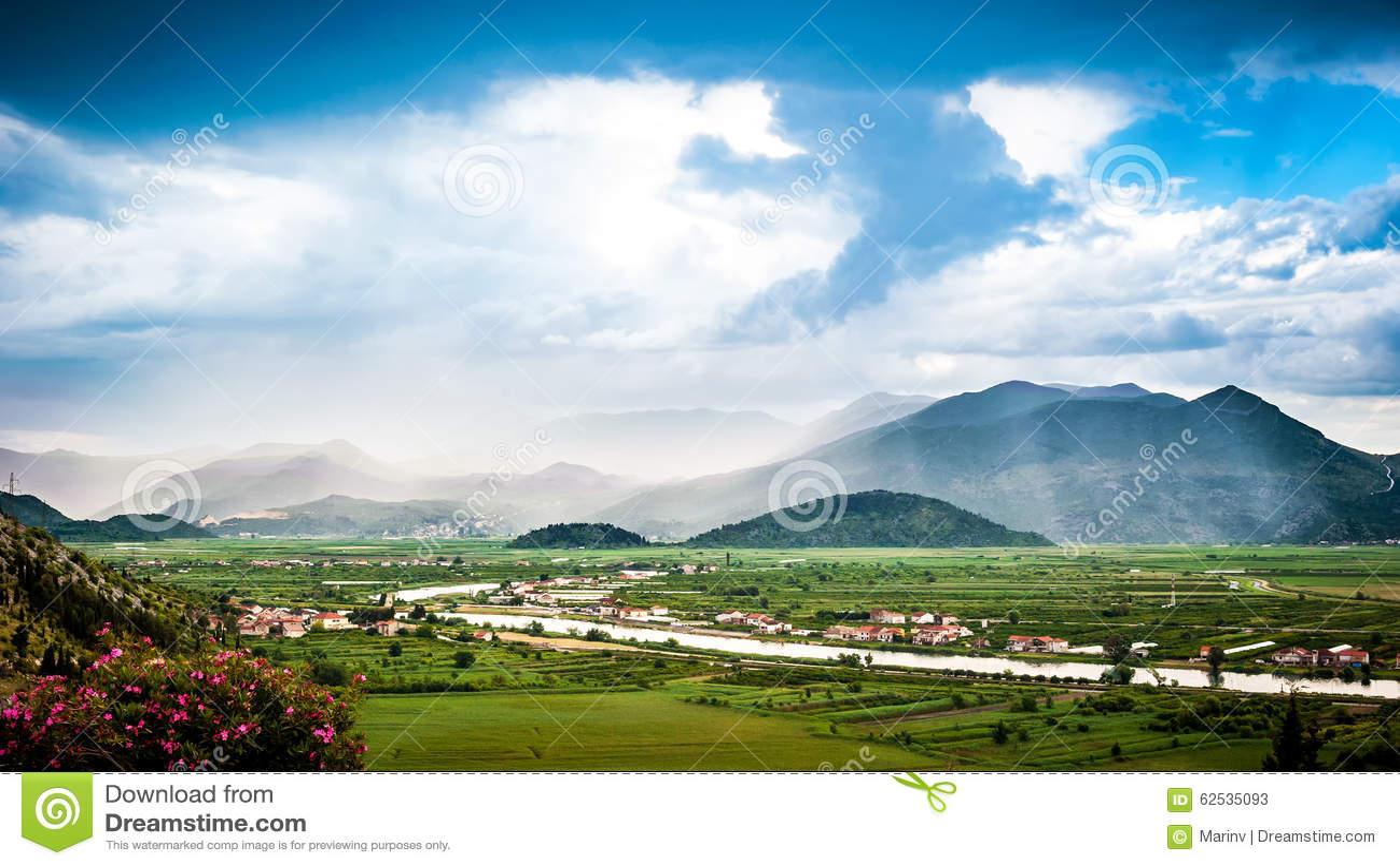 云彩和薄雾在Neretva河谷
