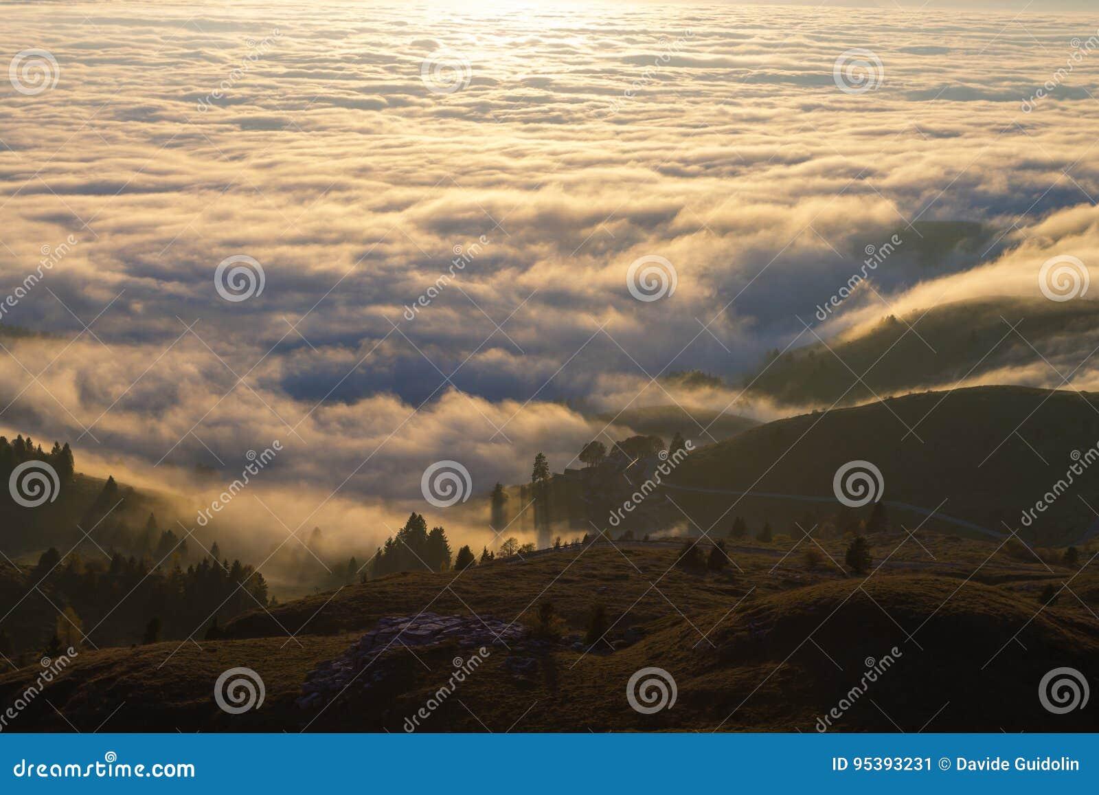 云彩地毯从山上面的