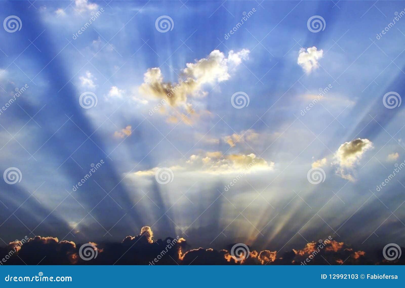 云彩涌现的阳光