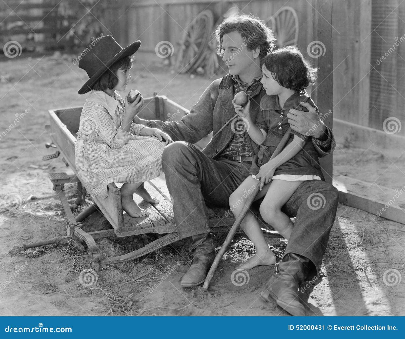 互动与两个年轻女儿外部的爸爸(所有人被描述不更长生存,并且庄园不存在 供应商warra
