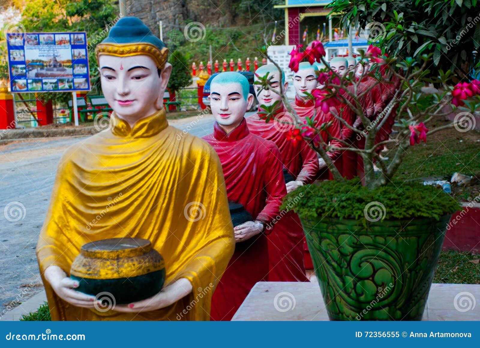互相面对修士的许多雕塑入口的对神圣的洞 Hpa-An,缅甸 缅甸