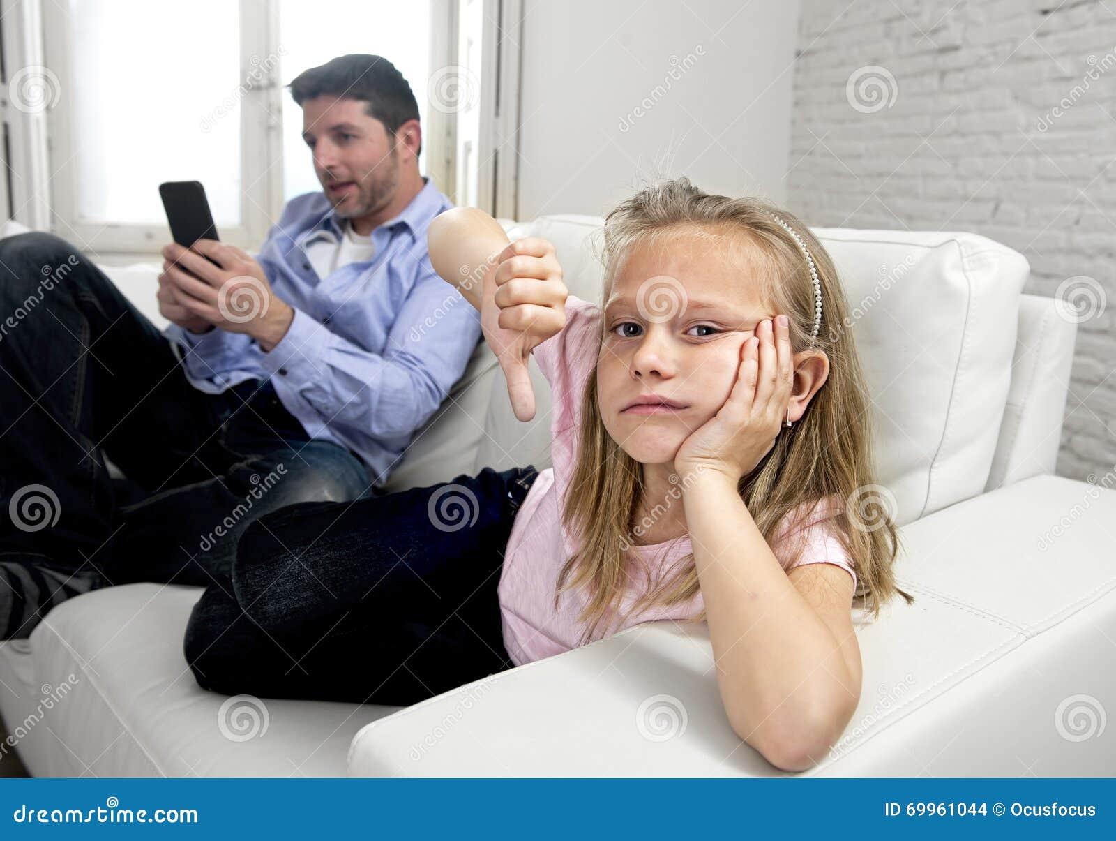 互联网使用手机的上瘾者父亲忽略小哀伤的女儿使孤独和沮丧不耐烦
