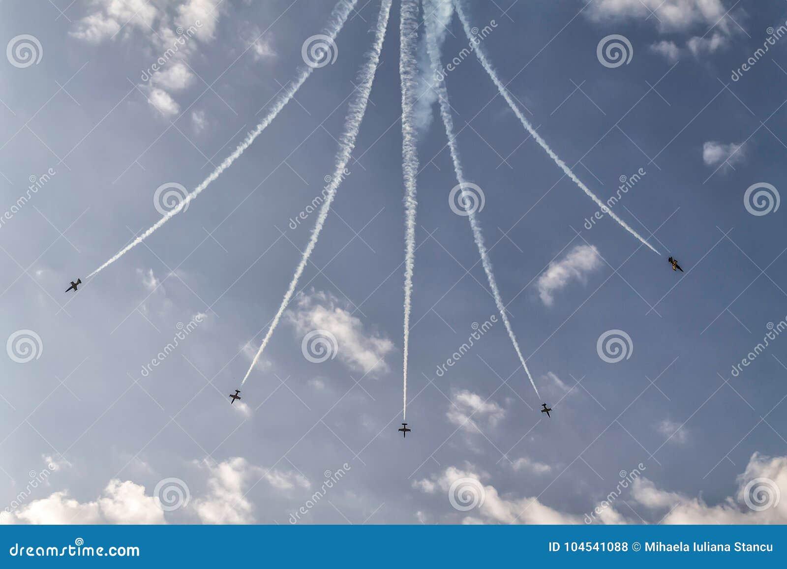 五架飞机的形成在天空的在飞行表演