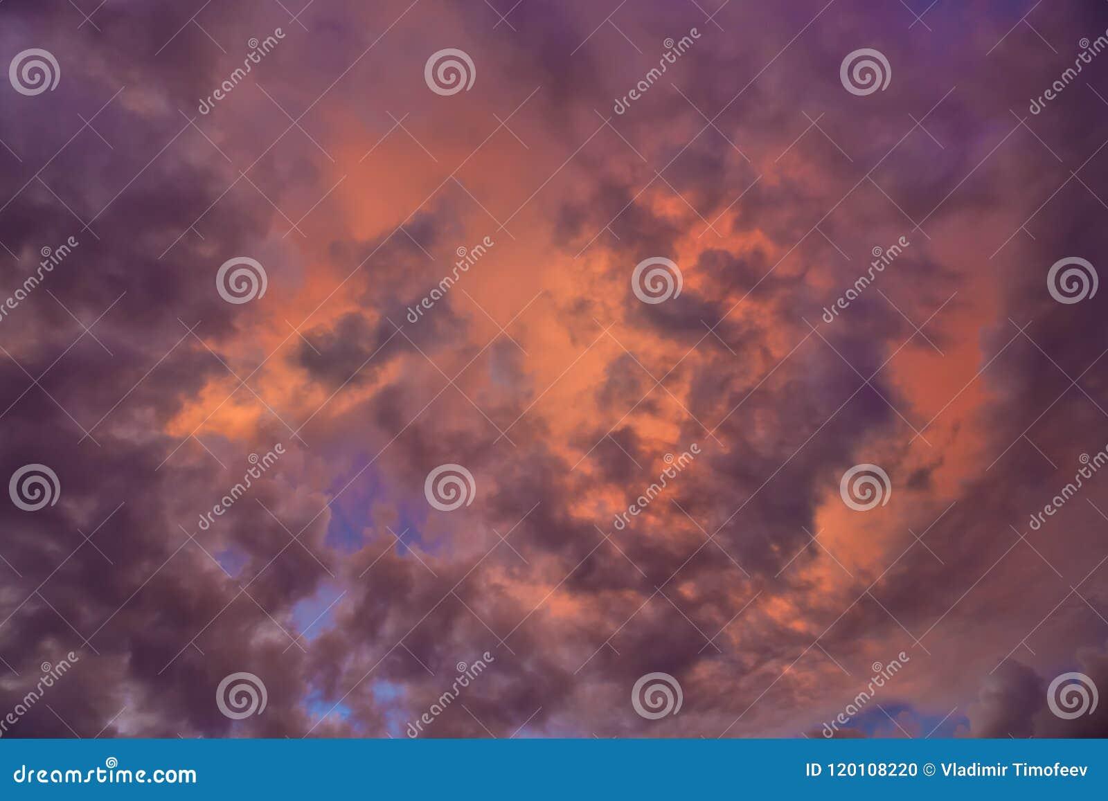 五颜六色与在云彩的红色,橙色和蓝色剧烈的天空抽象背景的 浪漫日落背景与