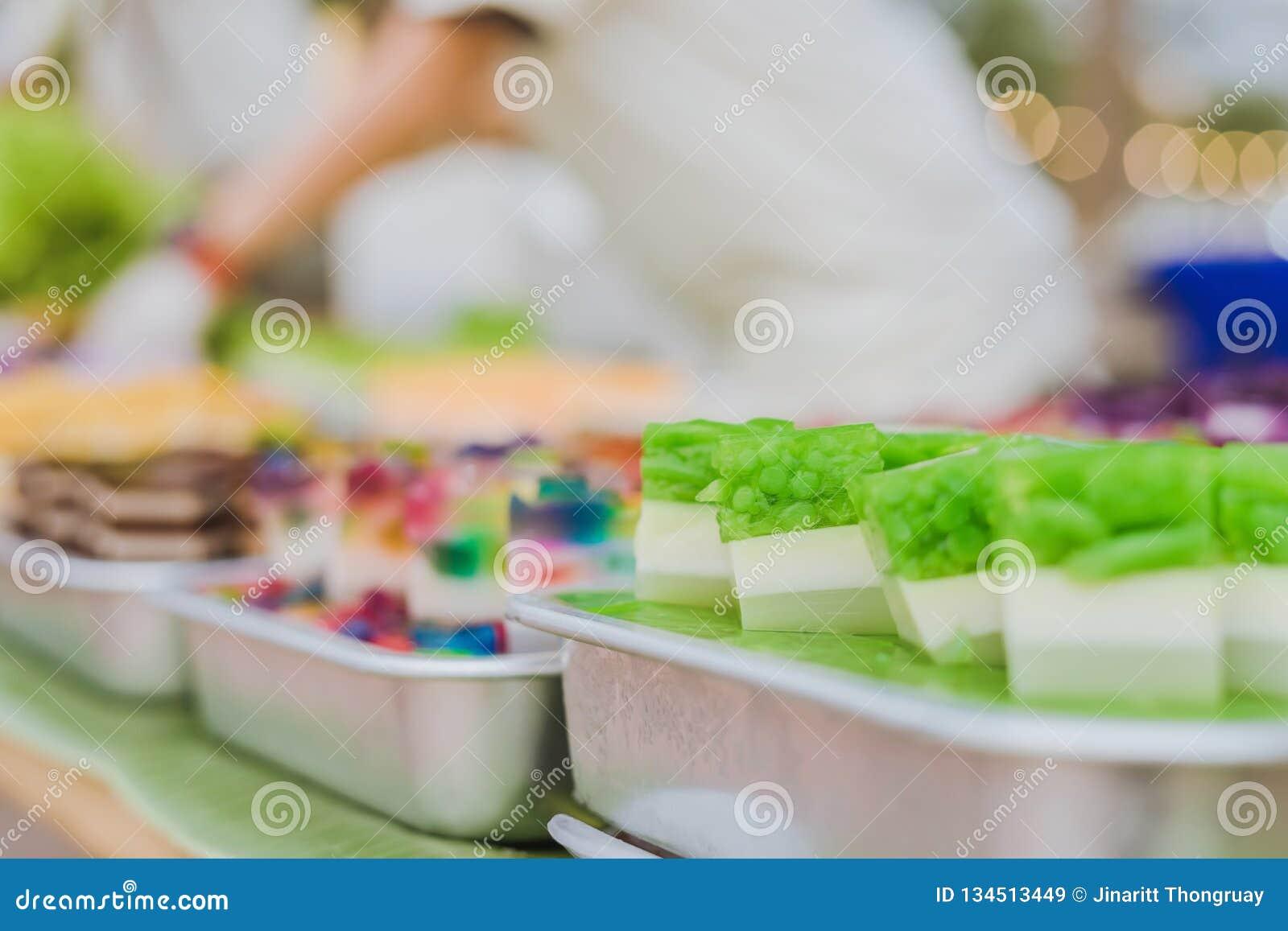 五颜六色在铝盘子的泰国果冻在街道食物的待售