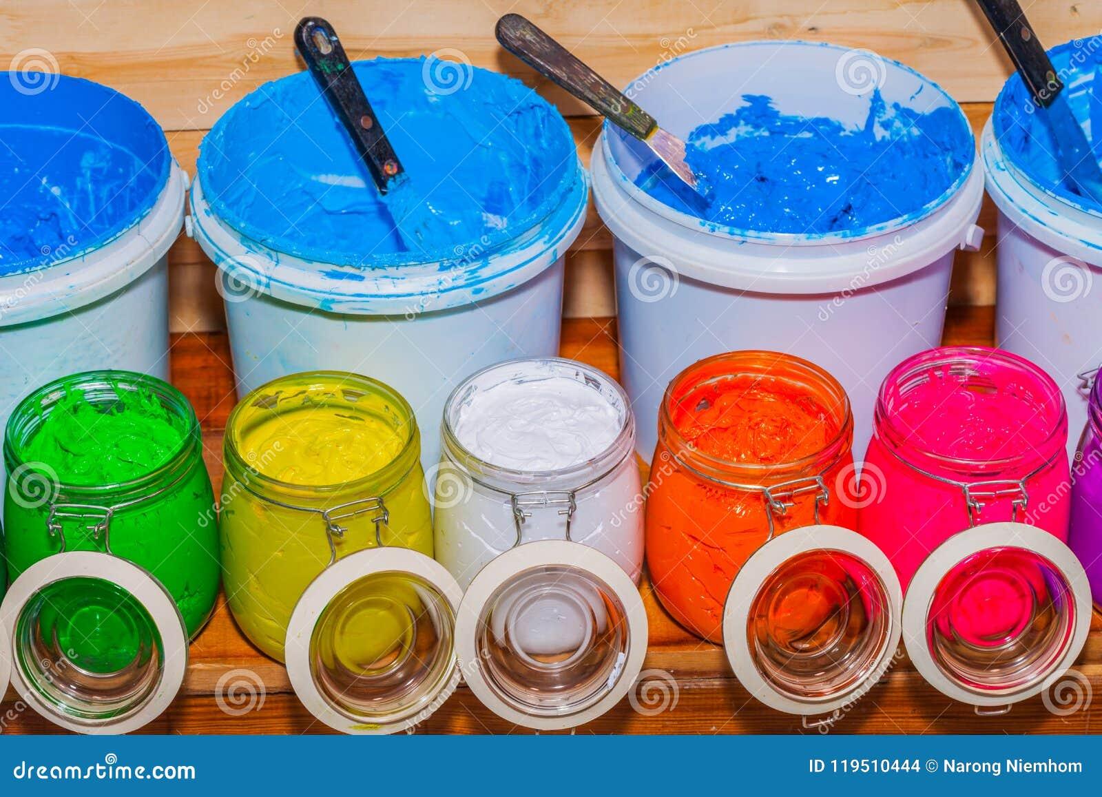 五颜六色塑料溶胶墨水玻璃无危险能在屏幕印刷品T恤杉的松林桌上