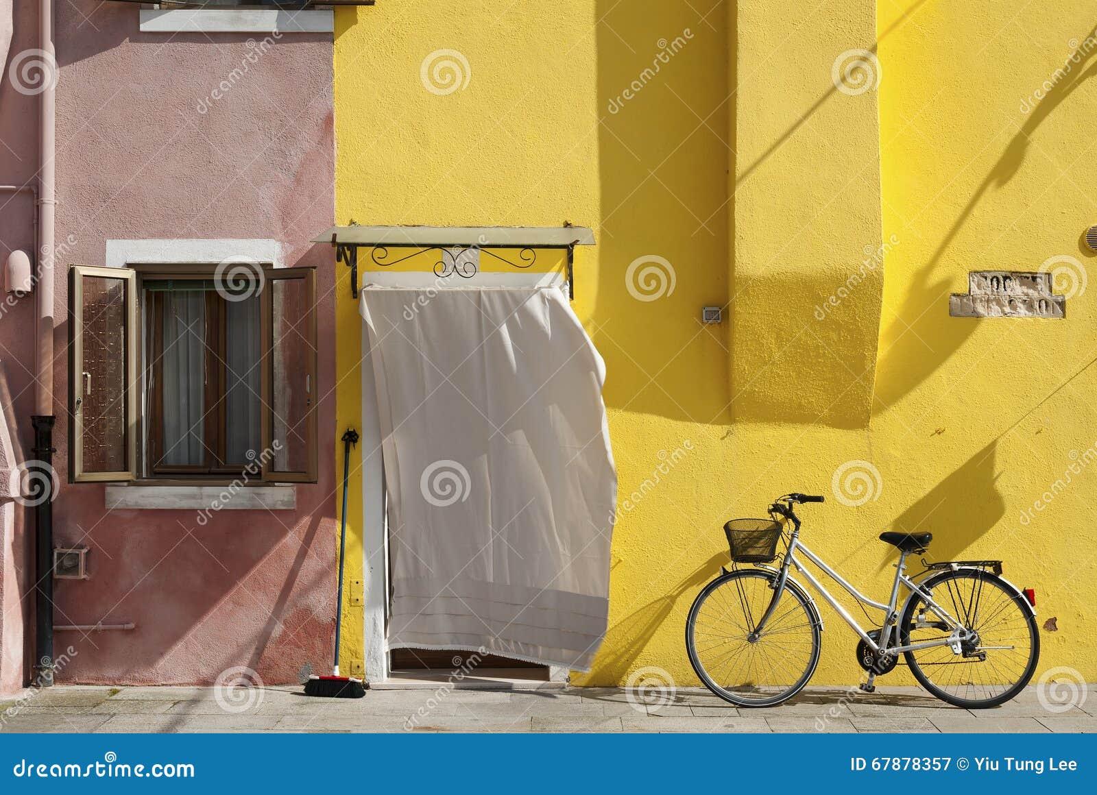 五颜六色的住宅房子和自行车