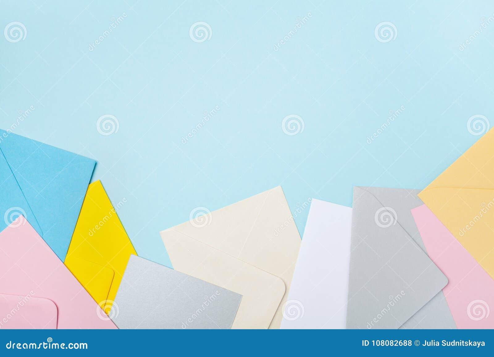 五颜六色的信封堆在蓝色运作的桌面看法的 企业邮件, blogging和办公室书信的大模型 平的位置