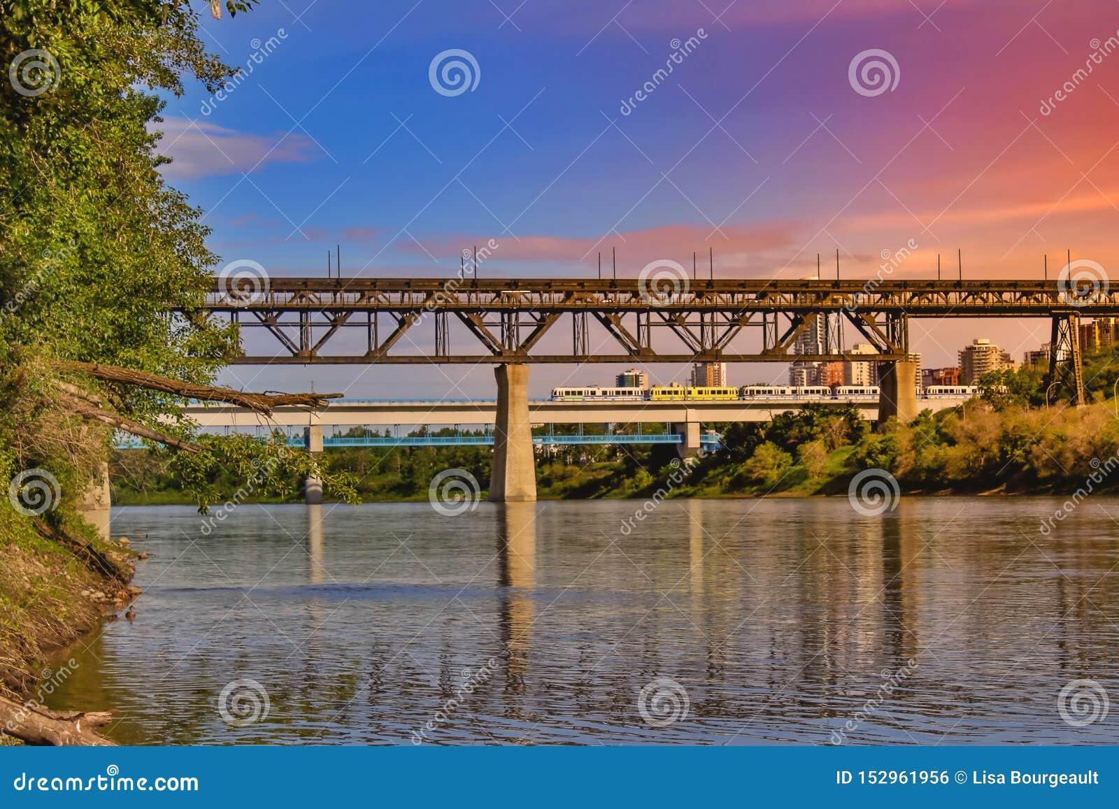 五颜六色的埃德蒙顿河谷日落天空